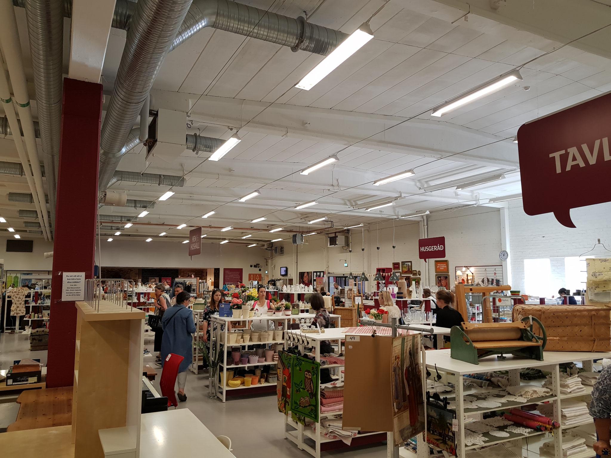 An einem Verkaufstag im Erikshjälpen Second-Hand Shop