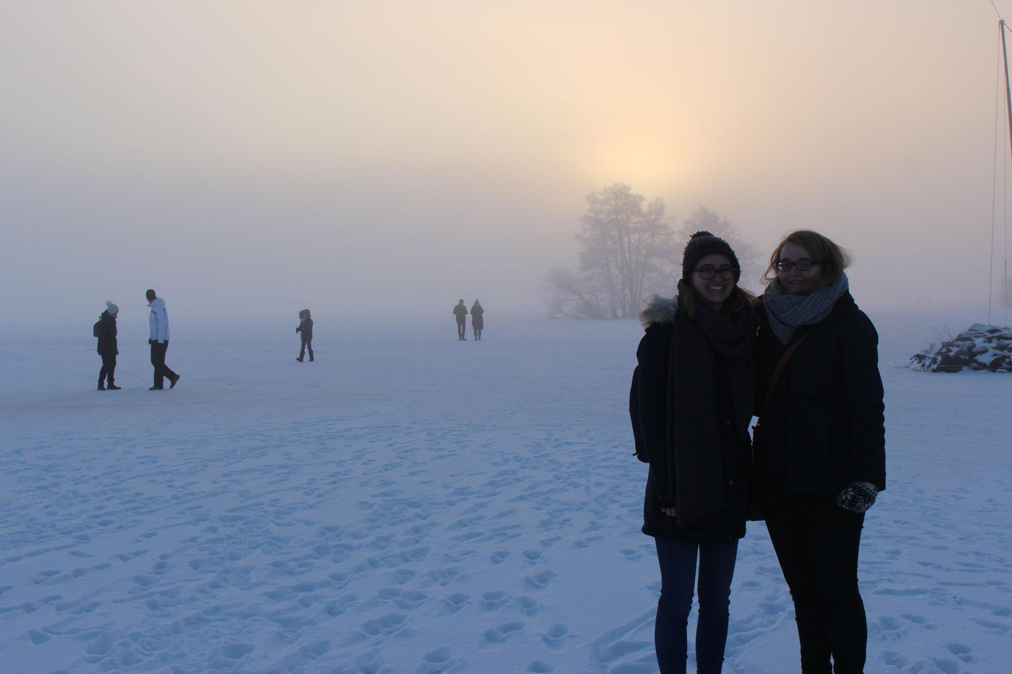 Magdalena Kollbeck und Maria Korten auf dem zugefrorenen Mälarensee in Sigtuna