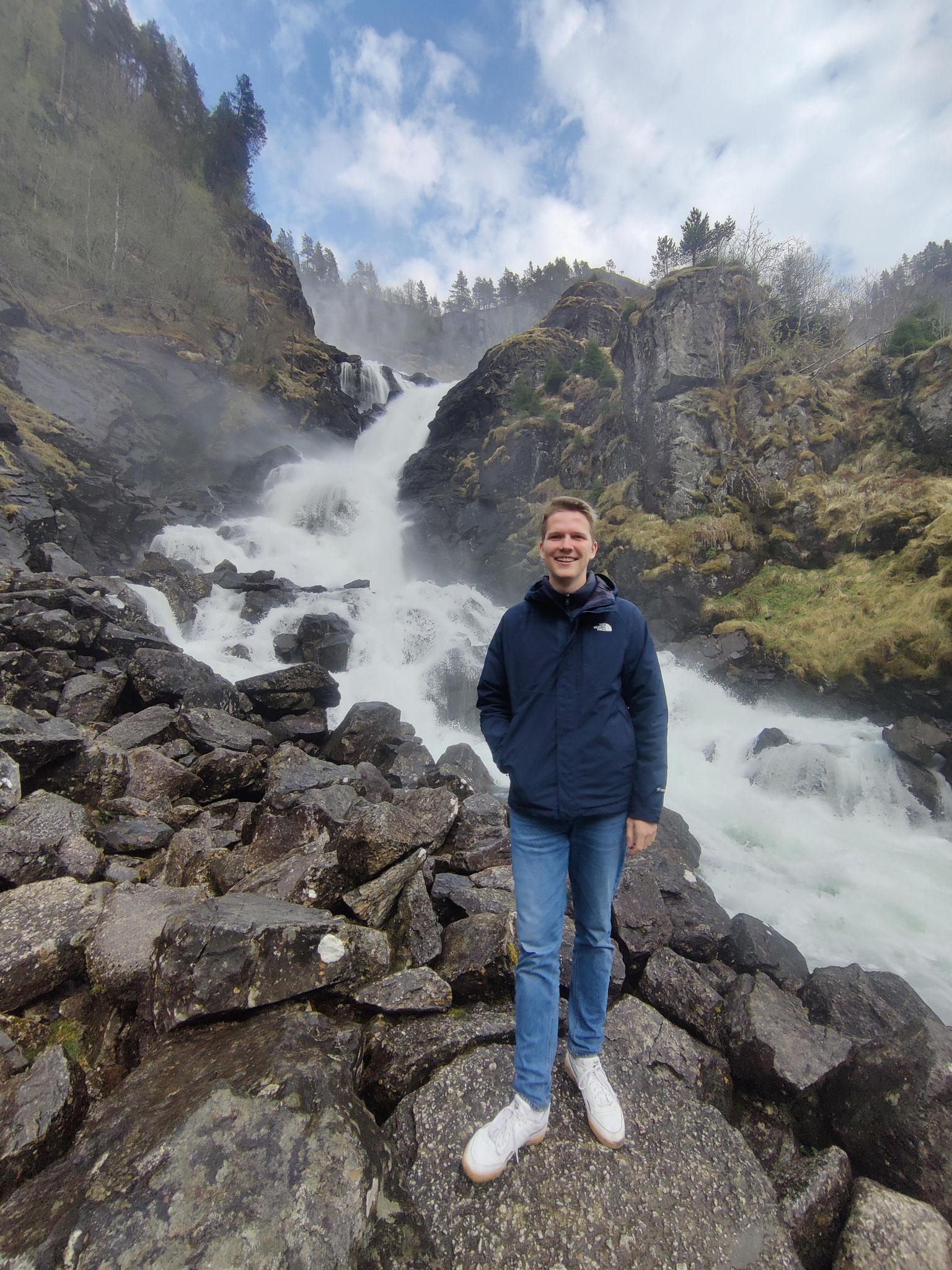 Paul bei seinem Wasserfall-Halt auf dem Weg zum Hardanger-Nationalpark
