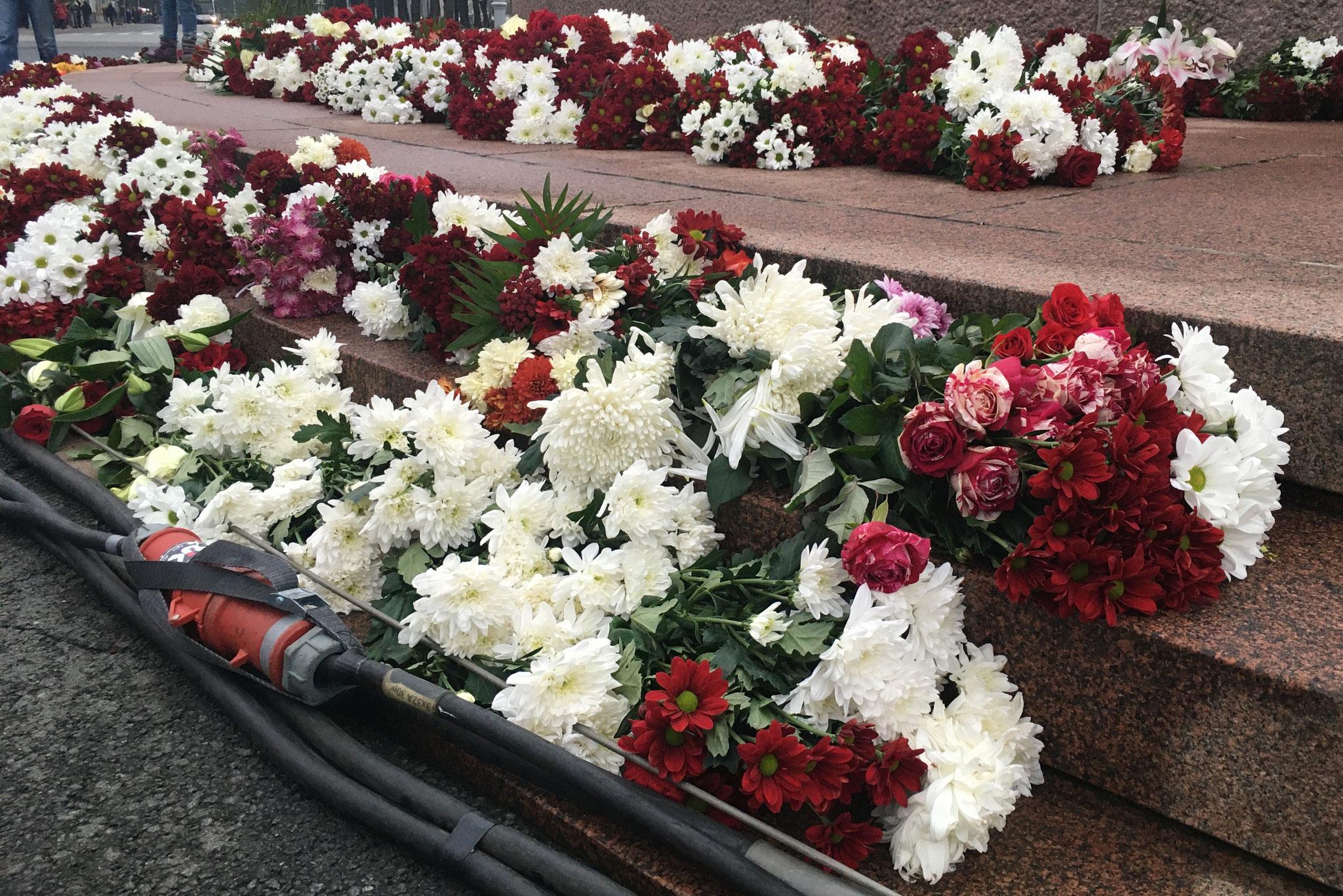 Blumen am Freiheitsdenkmal zum Nationalfeiertag