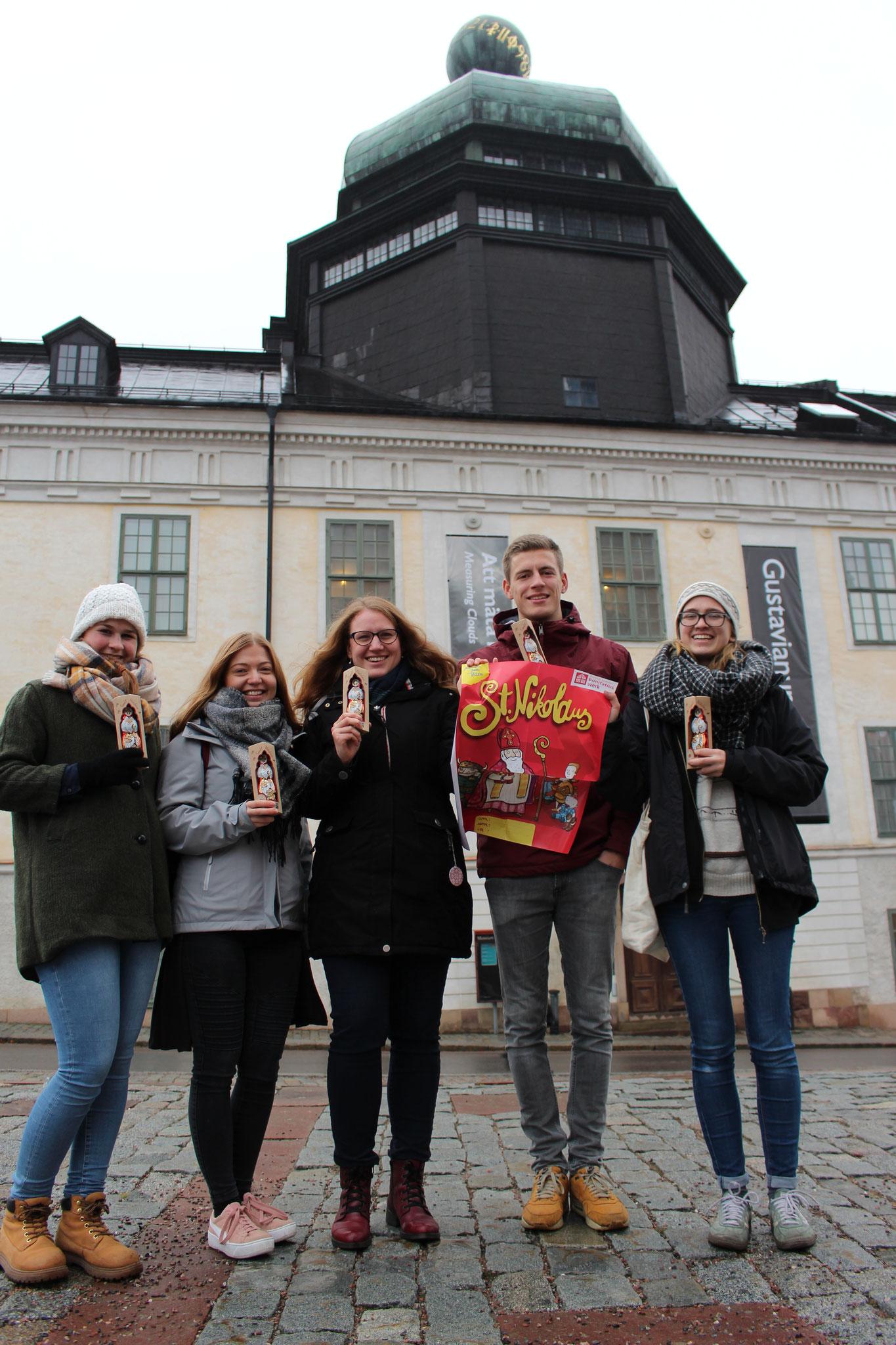 Miriam Schmelz, Pia Wittek, Anna Nick, Tobias Hövener und Magdalena Kollbeck vor dem Gustavianum in Uppsala