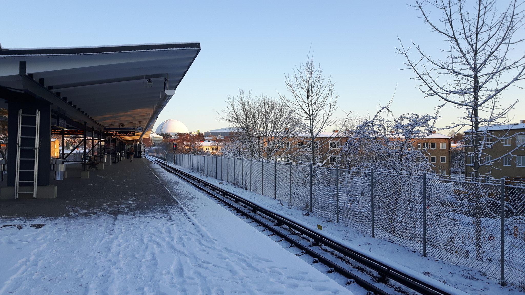 Seltener Anblick im Winter die verscheite Tunnelbanastation in Stockholm