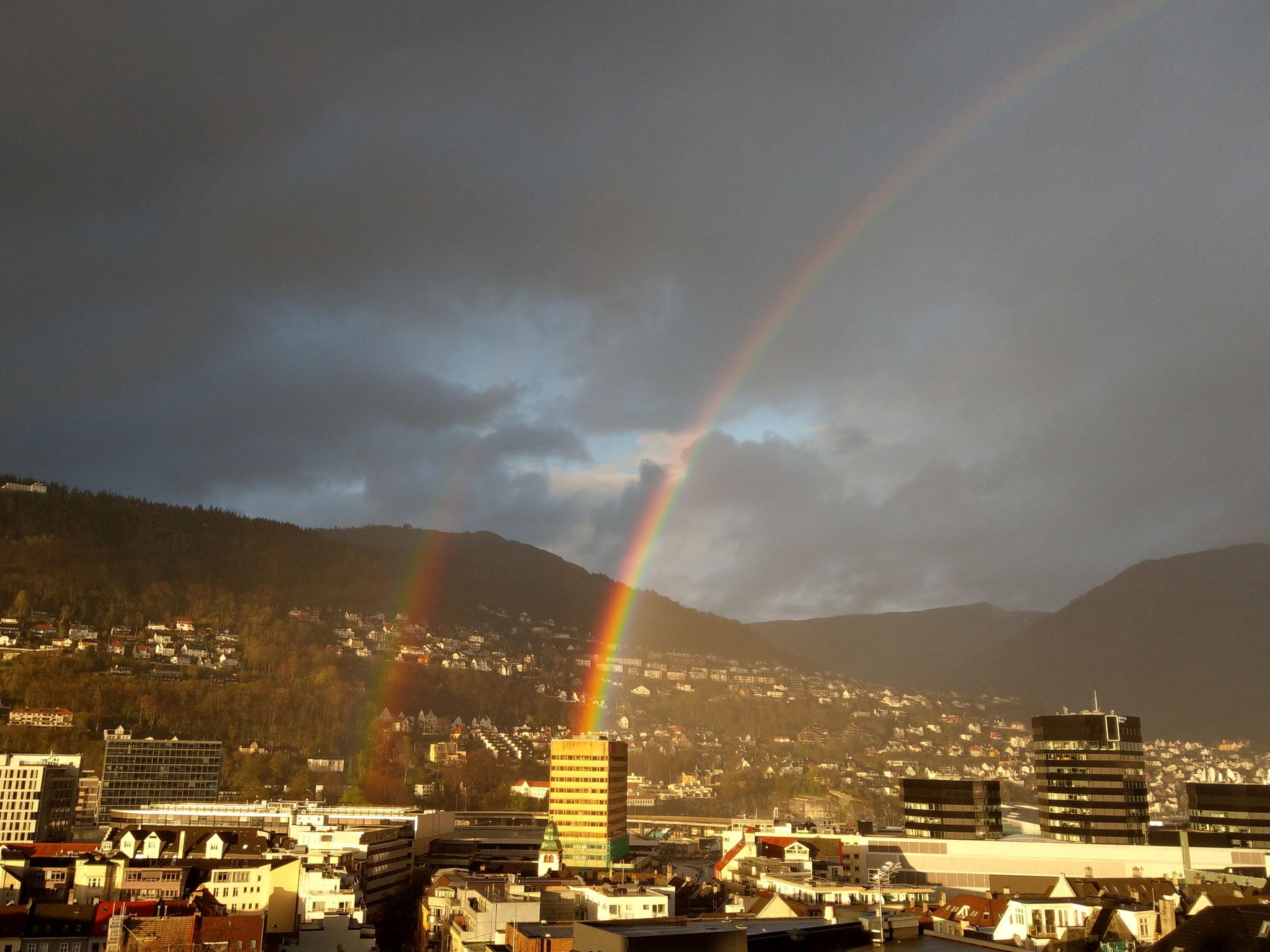 Bergen mit einem (gar nicht so selten auftretendem) Regenbogen
