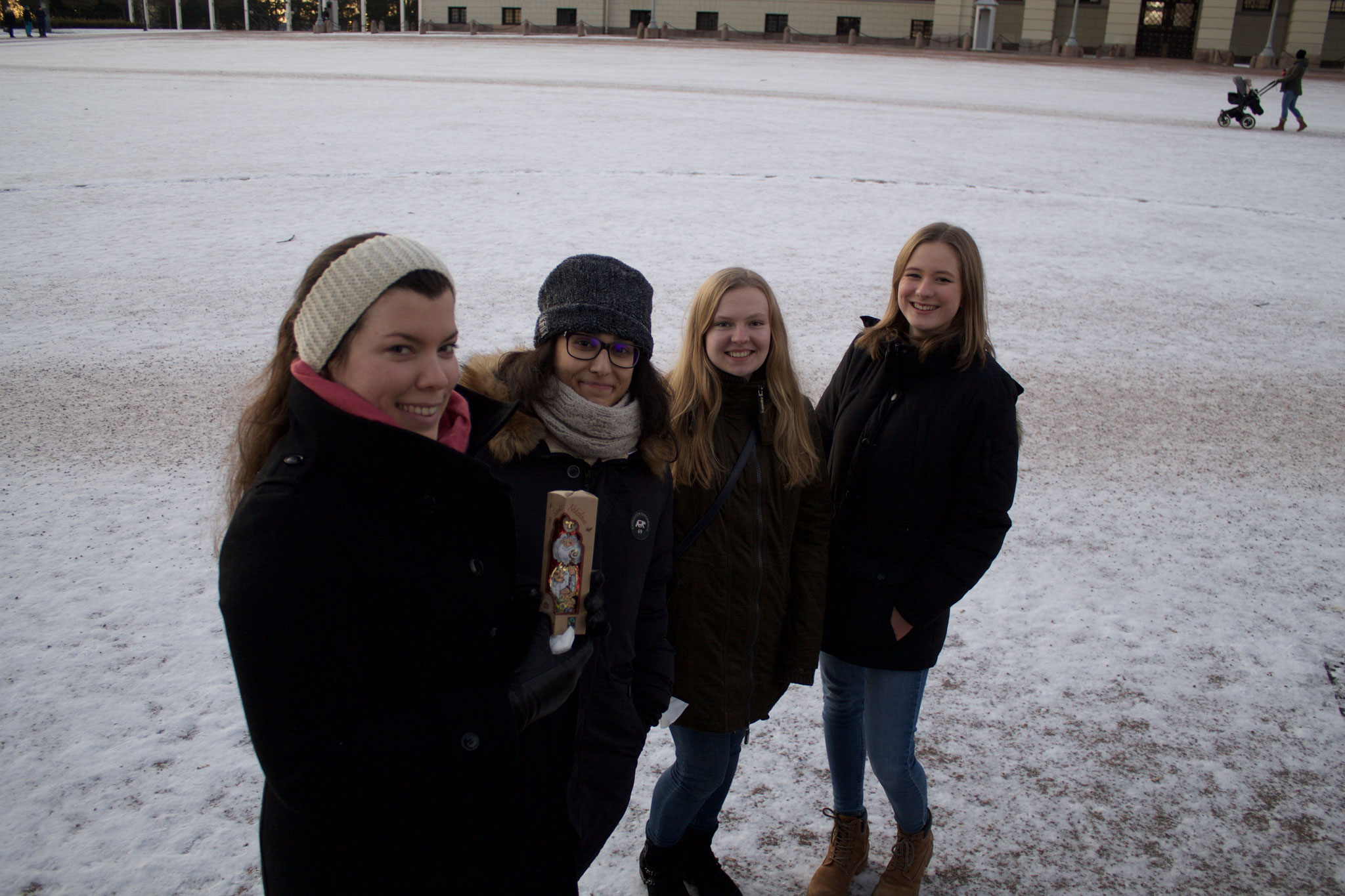 Foto mit anderen Freiwilligen und dem Bonifatiuswerk-Nikolaus