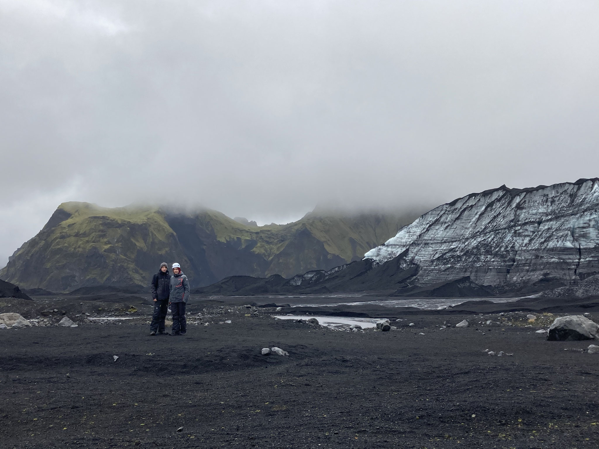 Lorenz und sein Vater vor dem Myrdalsjökull-Gletscher (Foto: Monika Kießig)