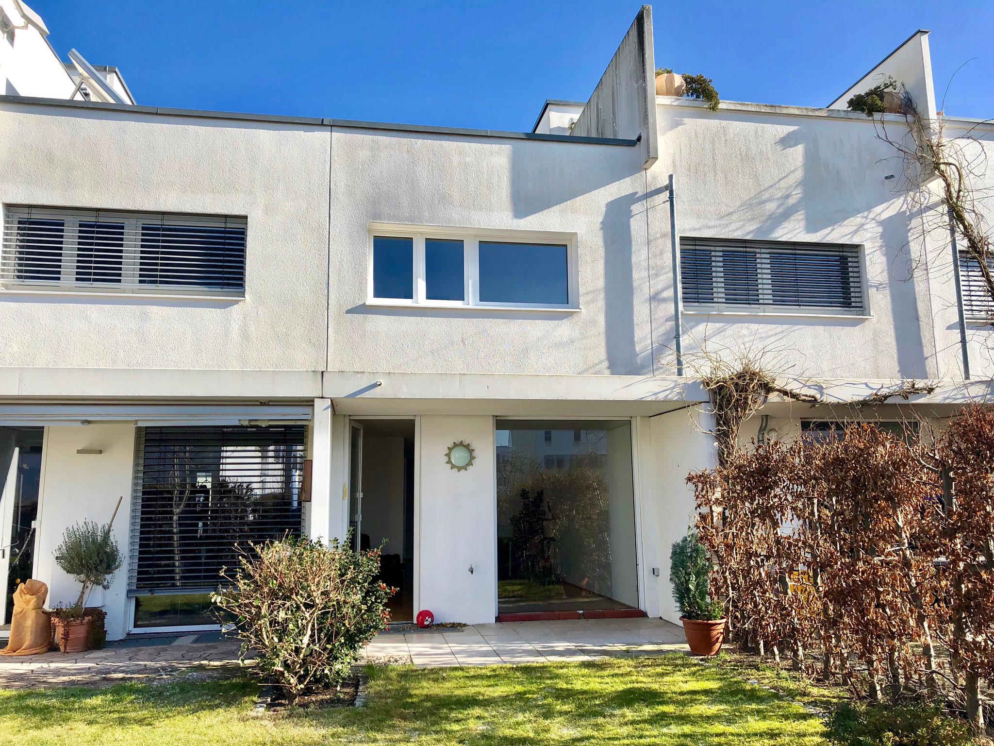 Reihenhaus im Bauhaus-Stil mit pflegeleichtem Grundstück
