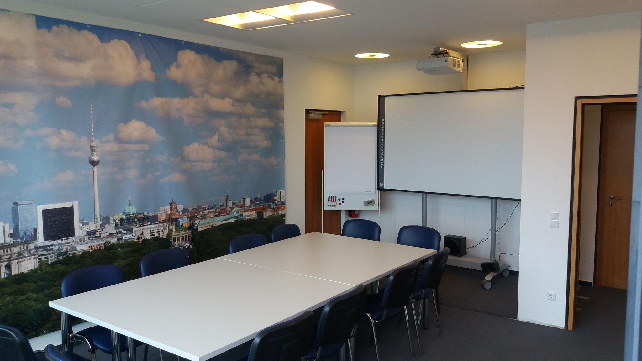 Seminarraum mit Mediaboard,  Flipchart