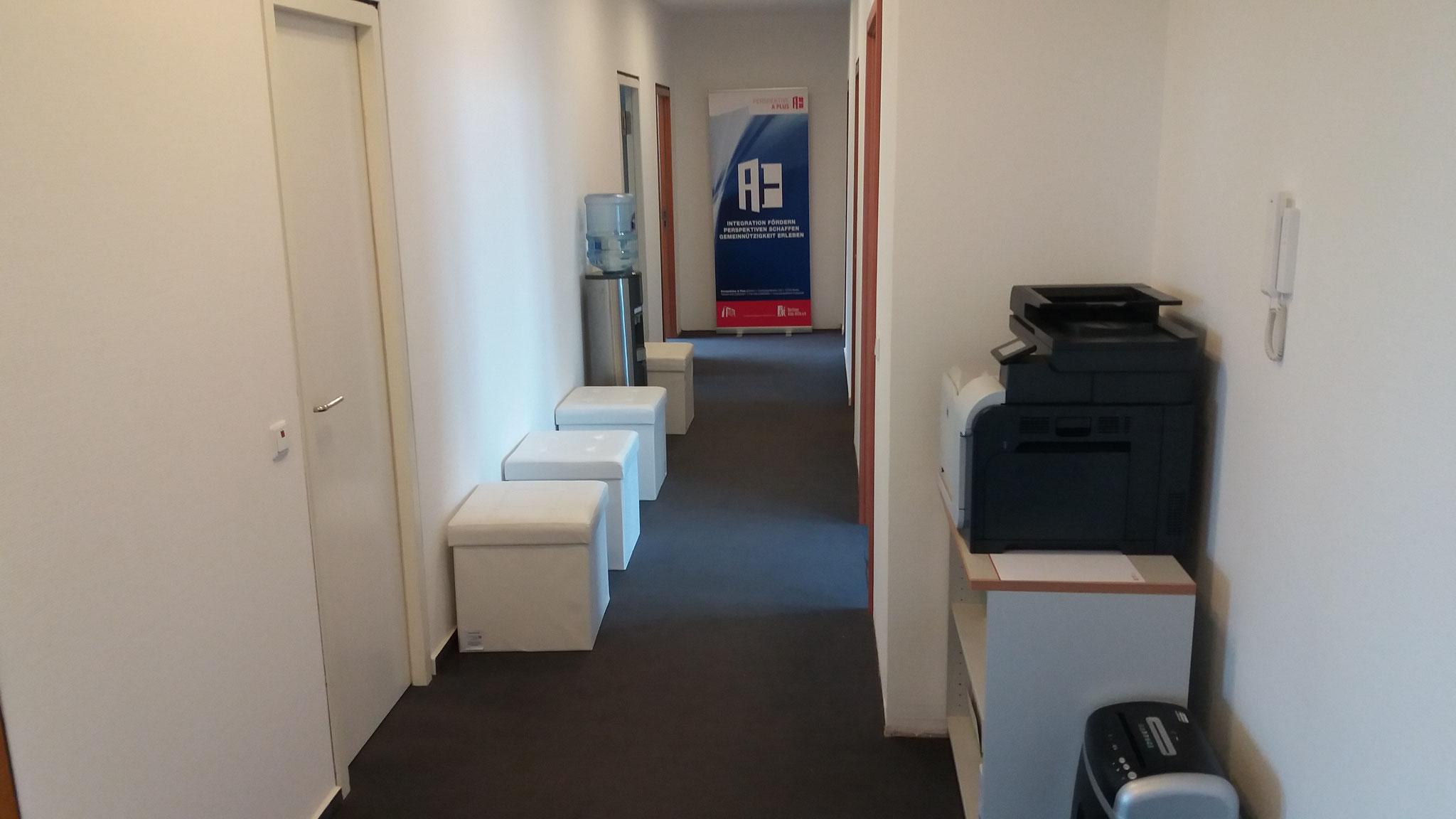 Eingang  Seminarraum, Wasserspender, Drucker, WIFI...