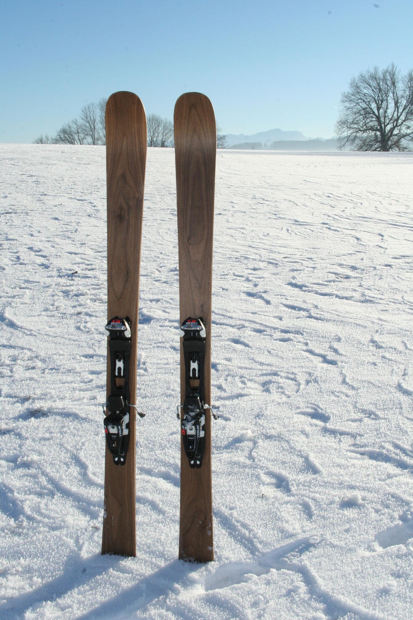 Walnuss: 164 cm Länge, 135 - 107 - 127