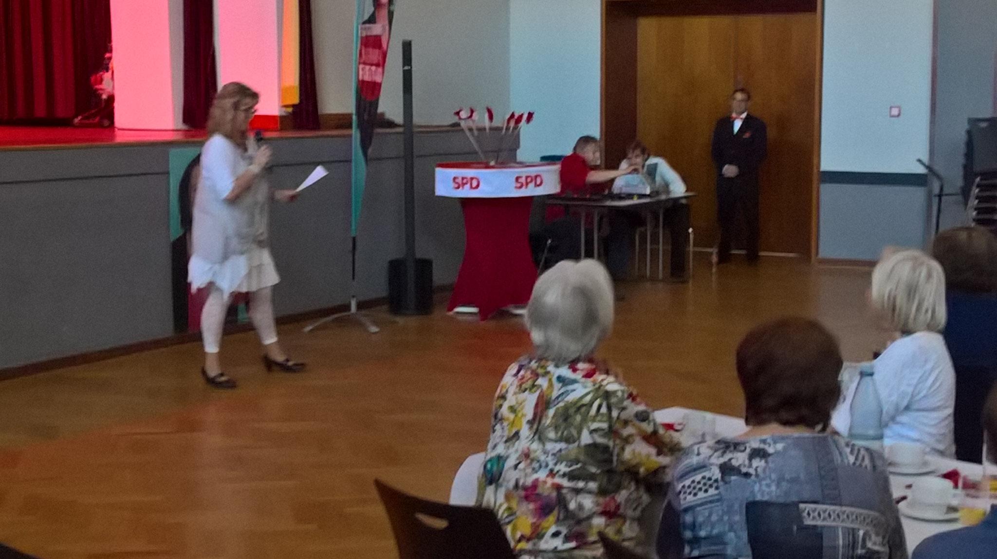 Martina Matner-Kißler eröffnet den Bunten Nachmittag