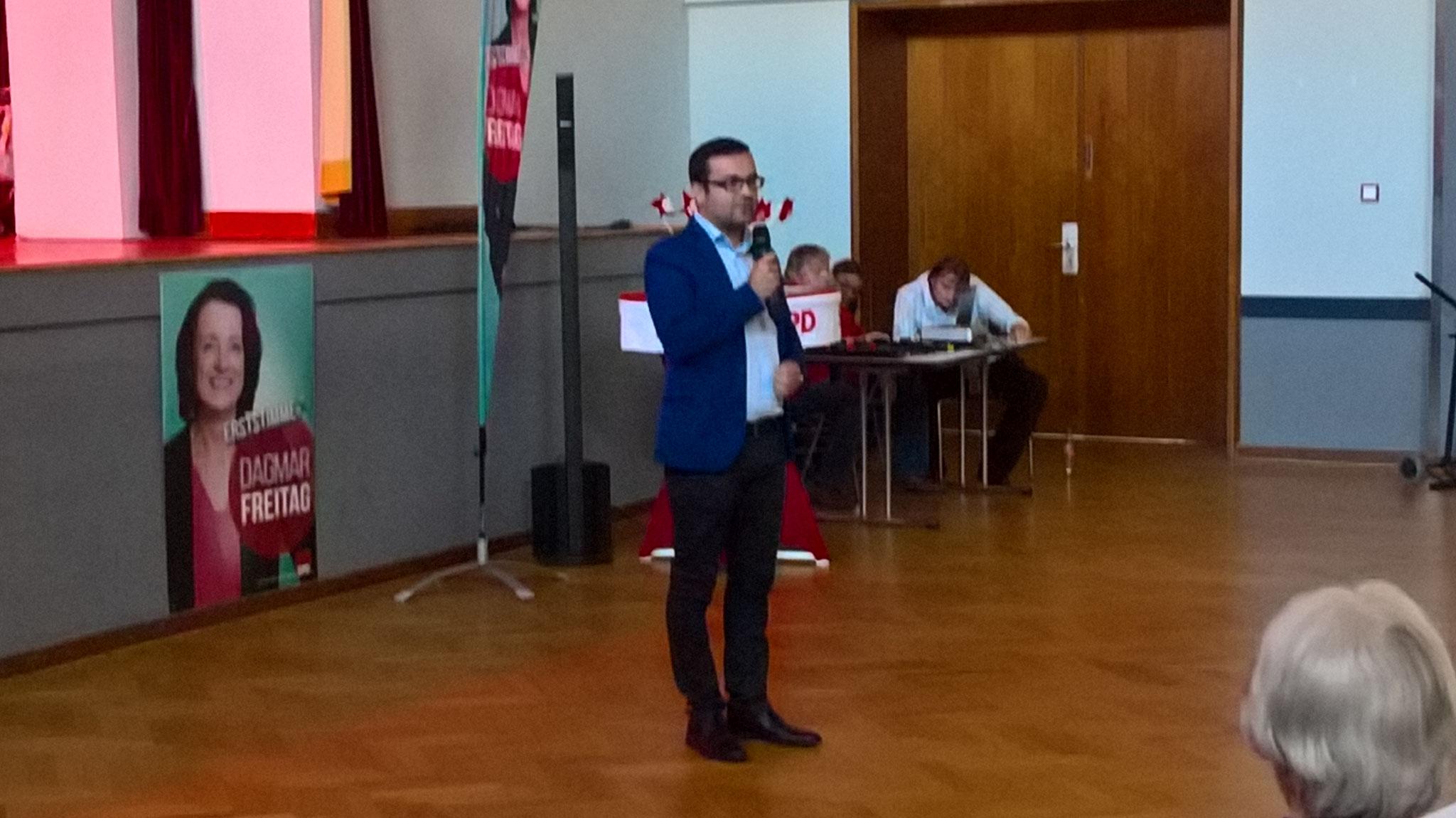 Fraktionsvorsitzender Dimi Axourgos hält eine Rede