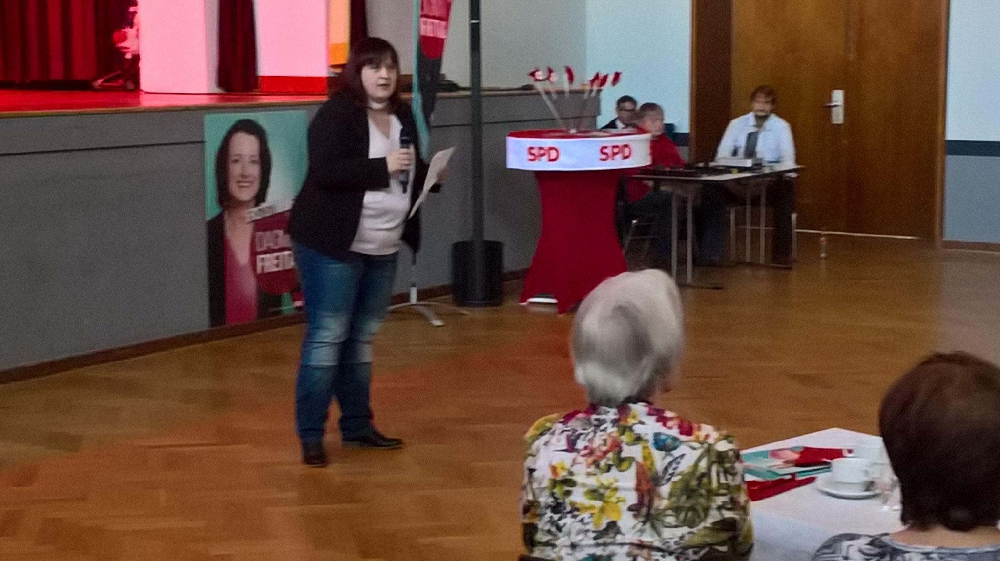 SPD Stadtverbandsvorsitzende Eva Kitz hält eine Rede