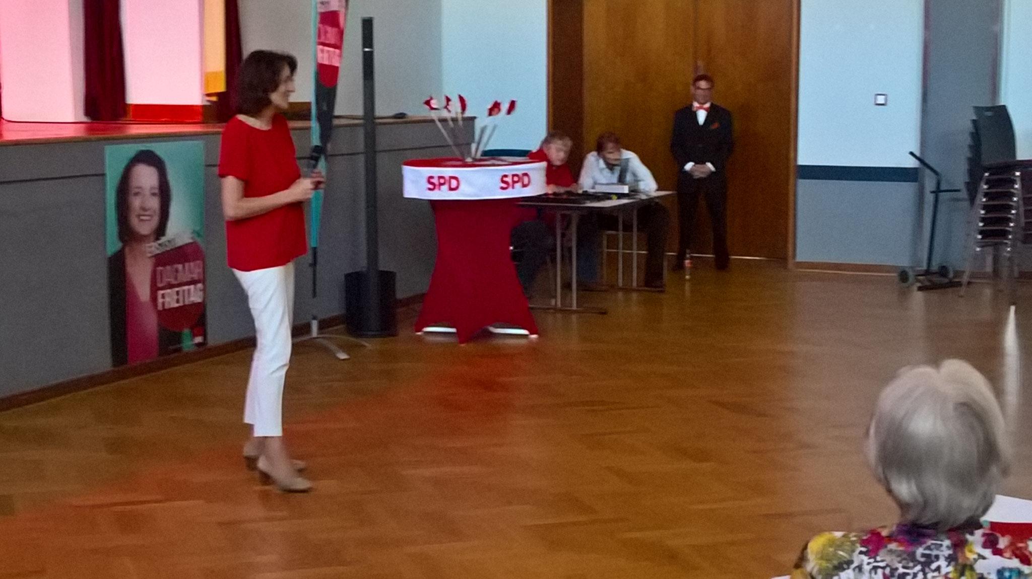 Dagma Freitag wirbt für ihre Kantidatur als Bundestagabgeordnete