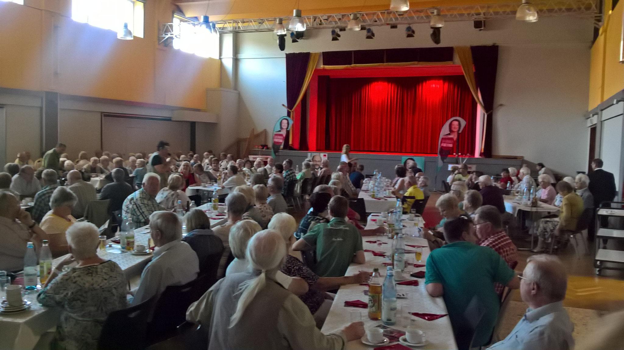 Der Saal platzt aus allen Nähten (ca.200 Personen)