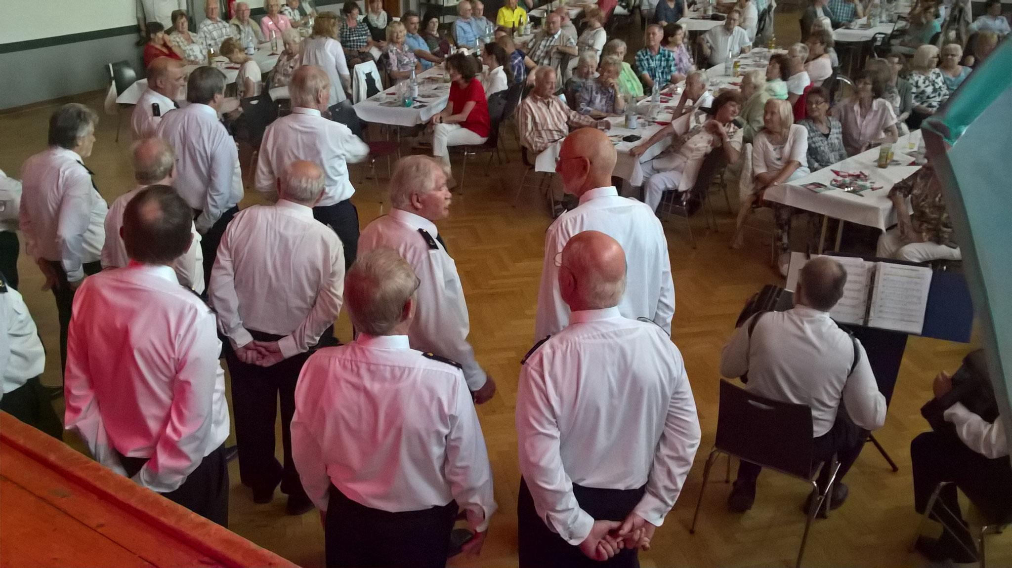 Im Vordergrund der Shanty-Chor Romantik Sailors
