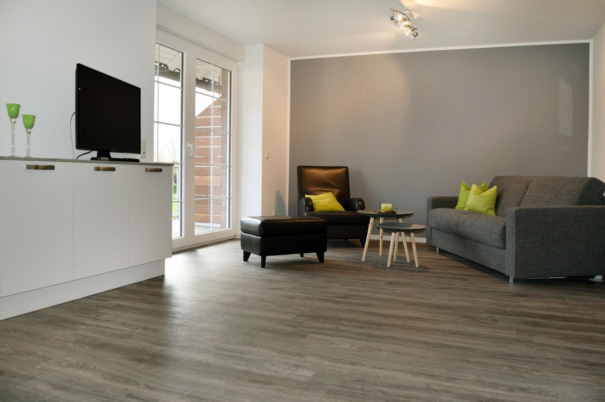 Sofa und Ledersessel mit Beisteilltisch