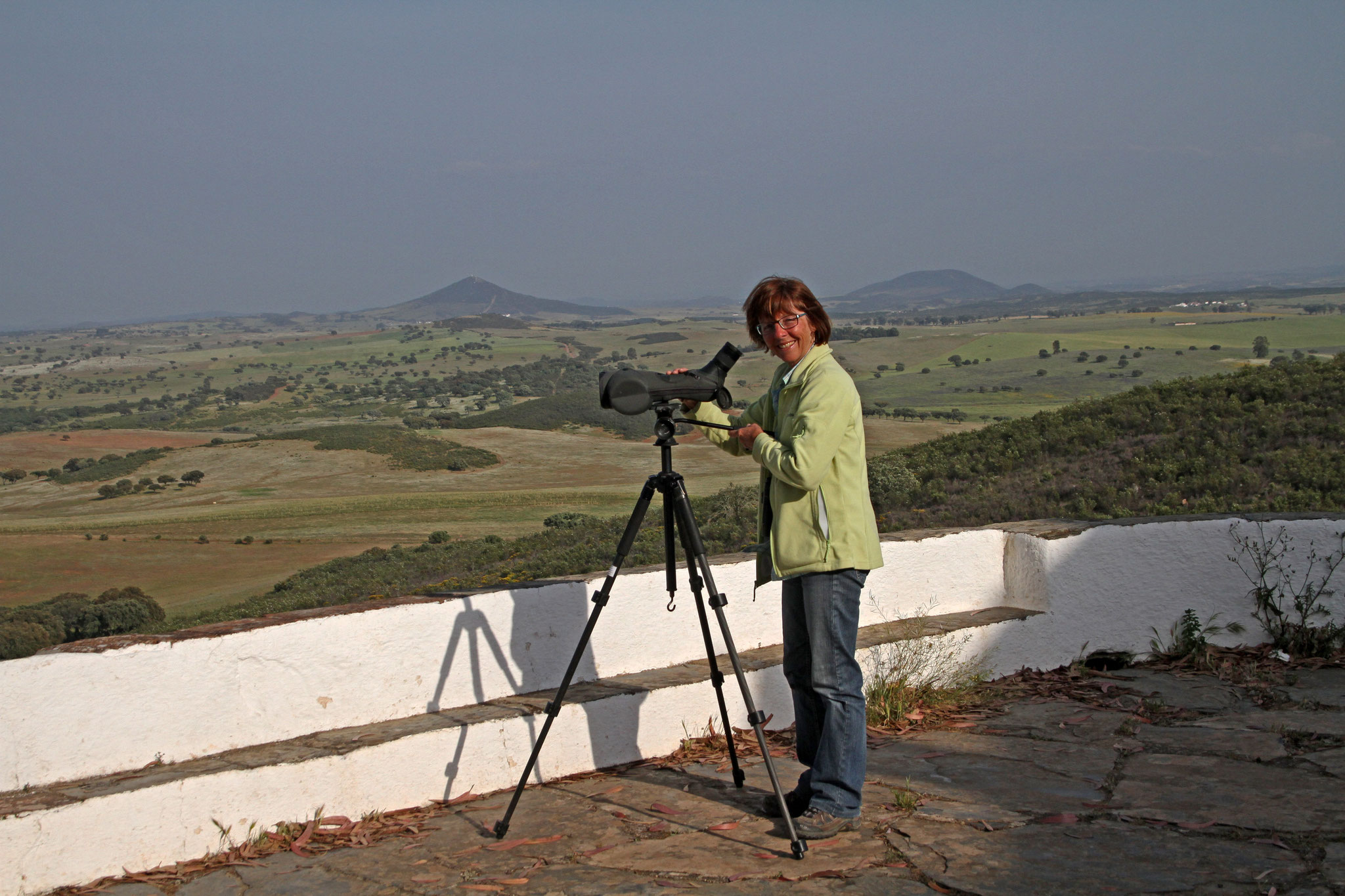 Edith bei der Greifvogelbeobachtung auf dem Kapellenhügel Nossa Senhora de Aracelis