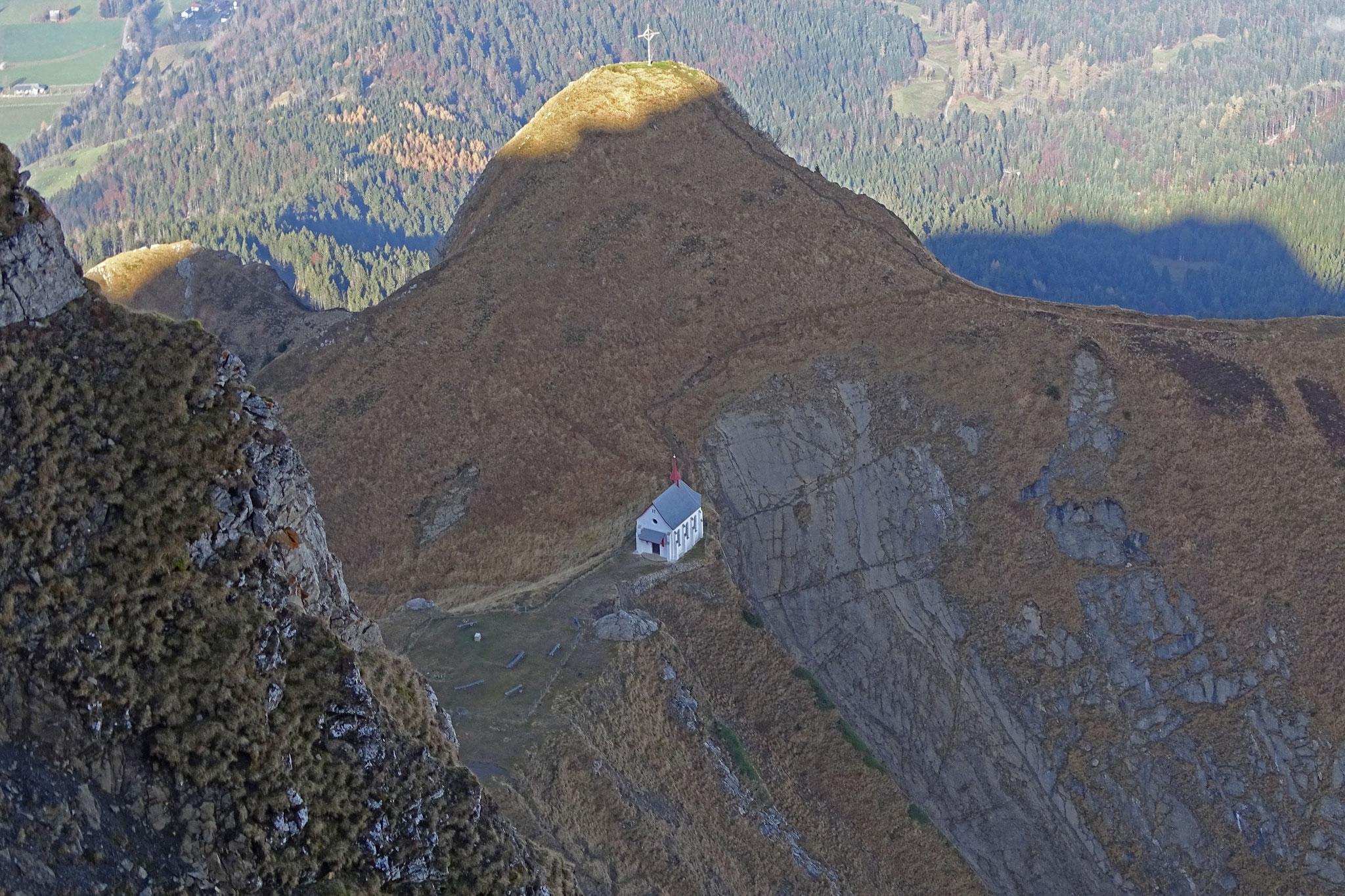 Tiefblick zur Kapelle unterhalb Klimsenhorn
