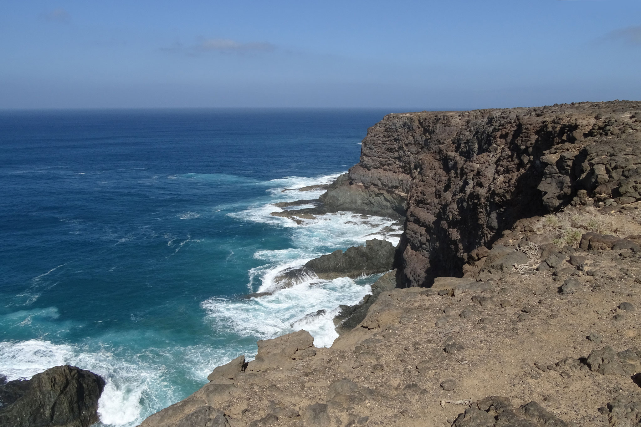 An der westlichen Steilküste tobt das Meer meist...
