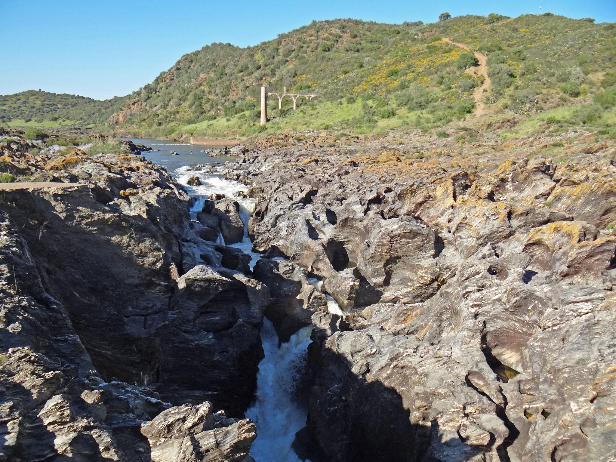 Der Pulo do Lobo (Wolfssprung), eine enge Stromschnelle des Guadiana-Flusses bei Mertola