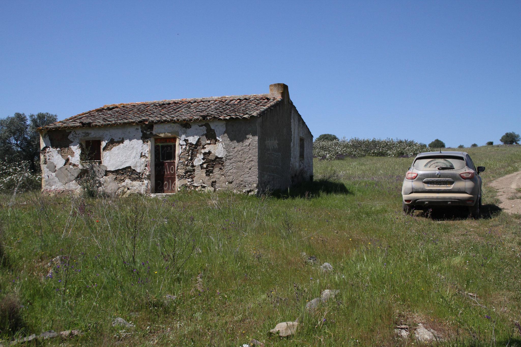 Unser Ferienbungalow und der nigelnagelneue Mietwagen ... nein, solche verfallenen Bauten,  ...
