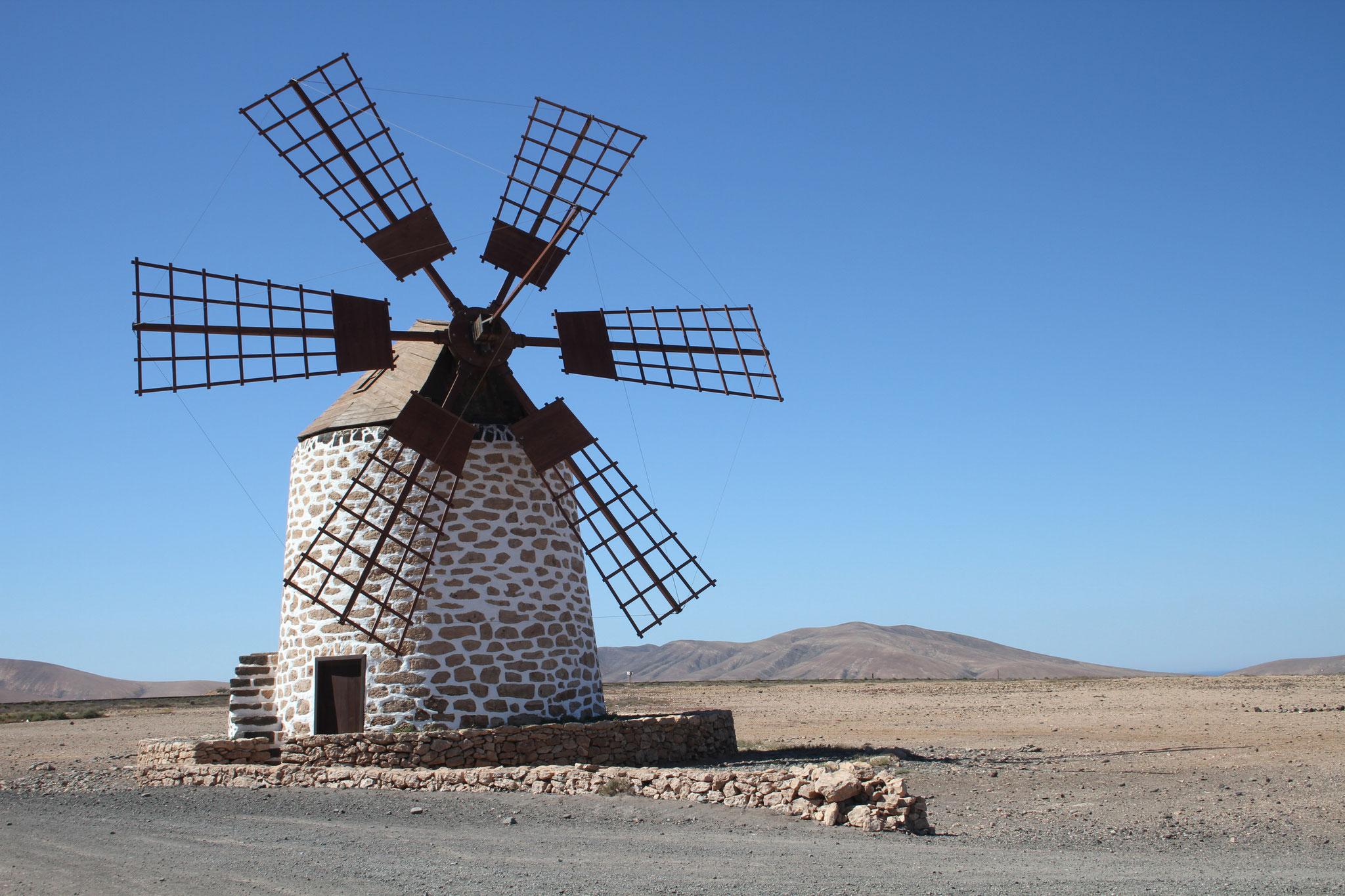 Auf dem Rückweg fahren wir via Tefia (mit historischer Windmühle) ...