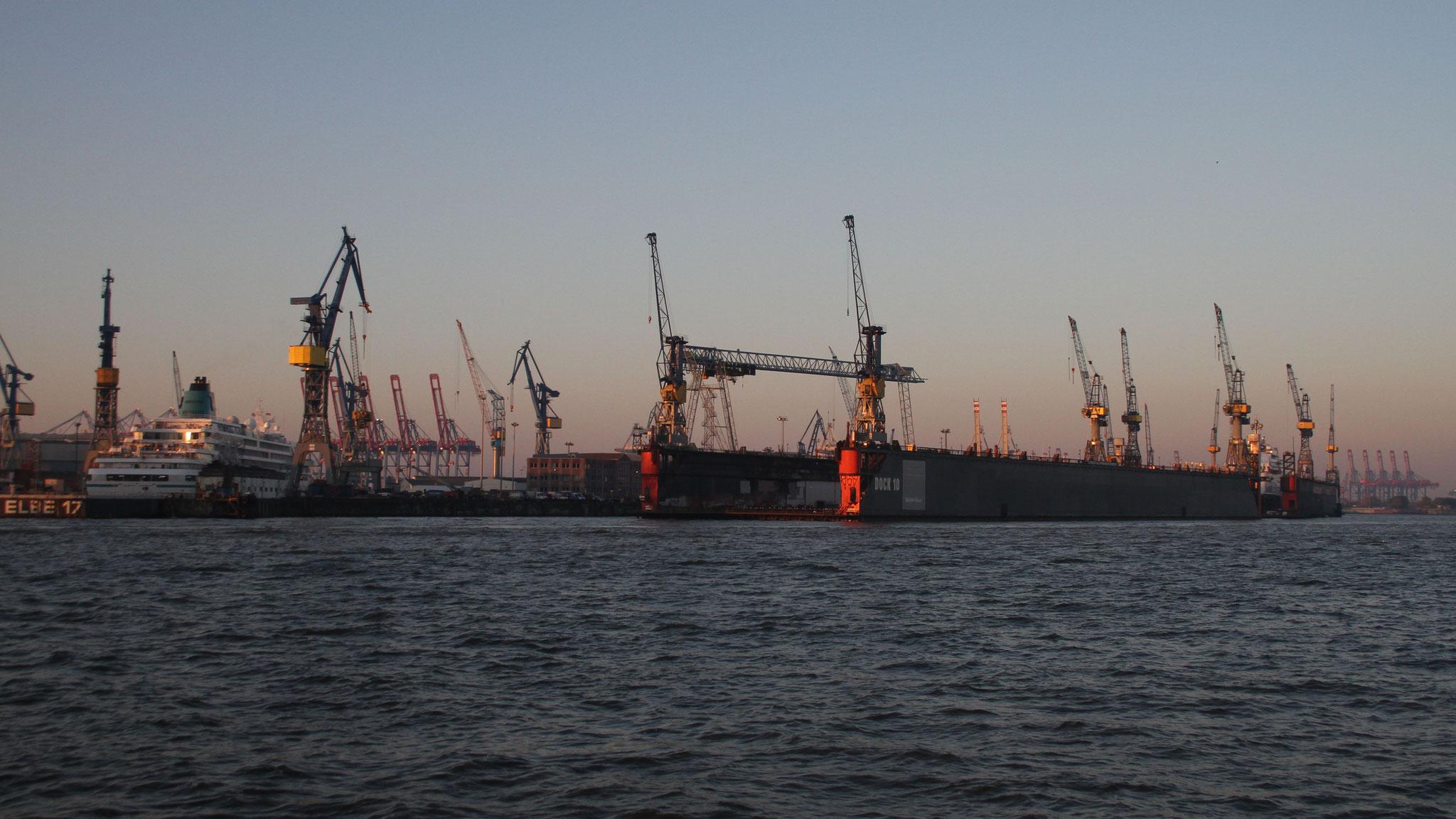 Vorbei geht es an Hafenanlagen ...