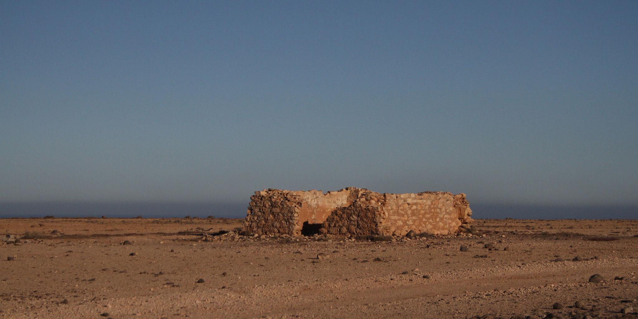 Von den Tindaya-Plains führt die Strasse vorbei an verlassenen Besiedlungen ...