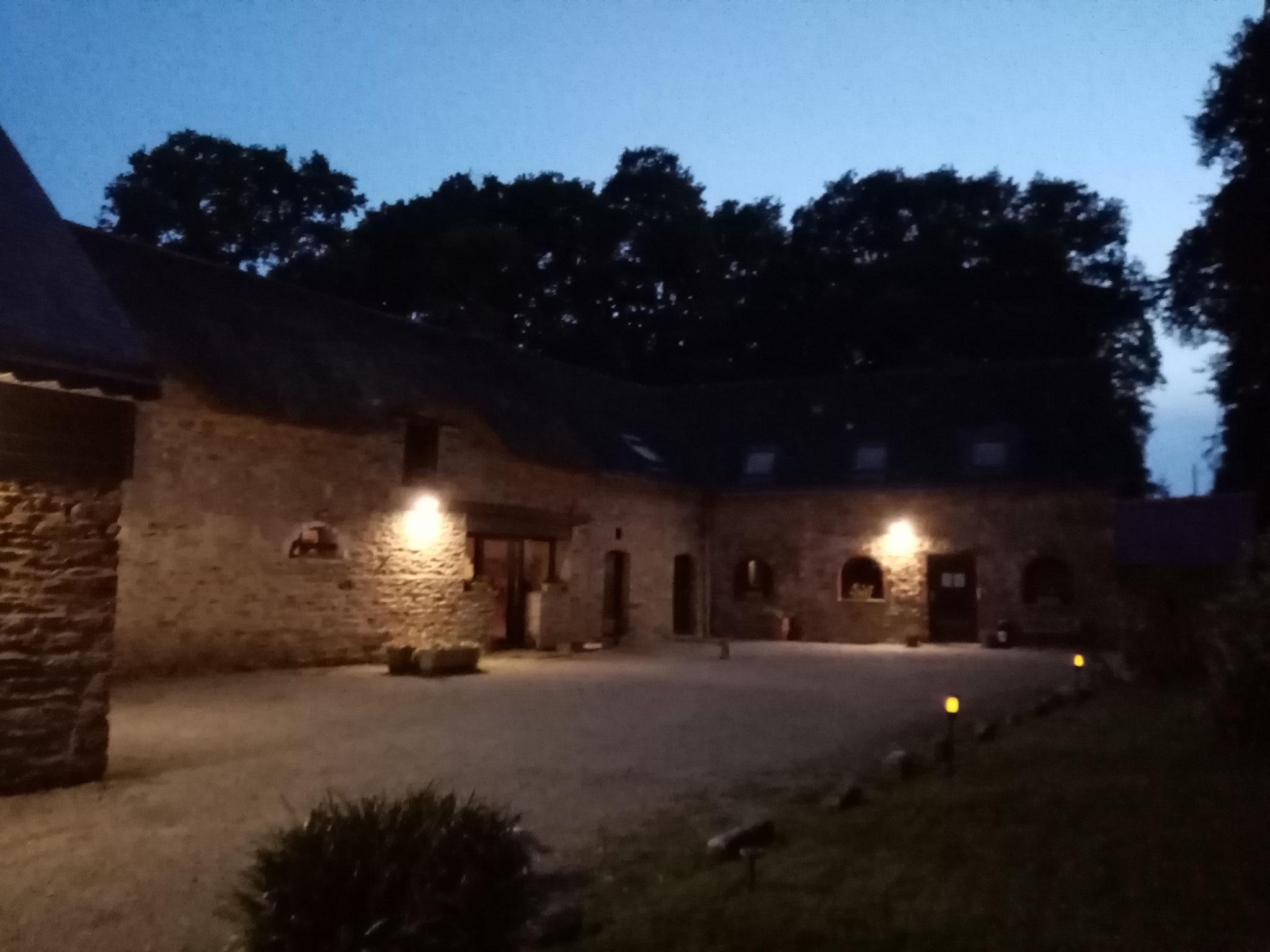 Vue extérieure de la cour arrière à la tombée de la nuit