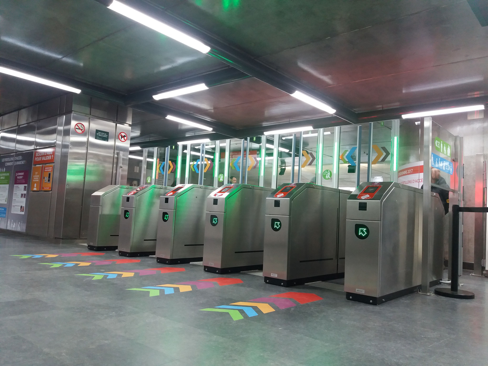 Portiques simples, à l'entrée de la station.