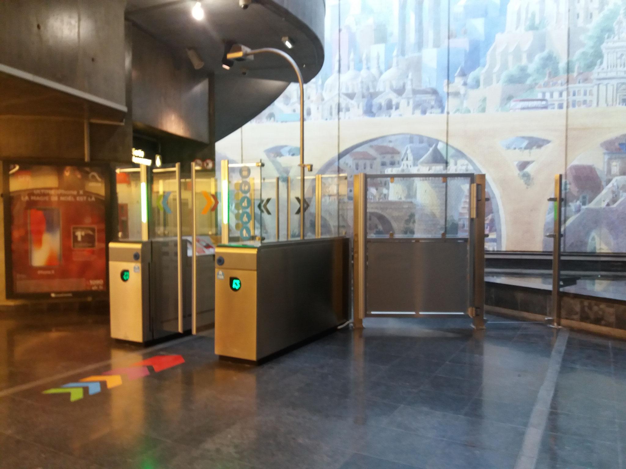 Portiques doubles, à proximité des ascenseurs.