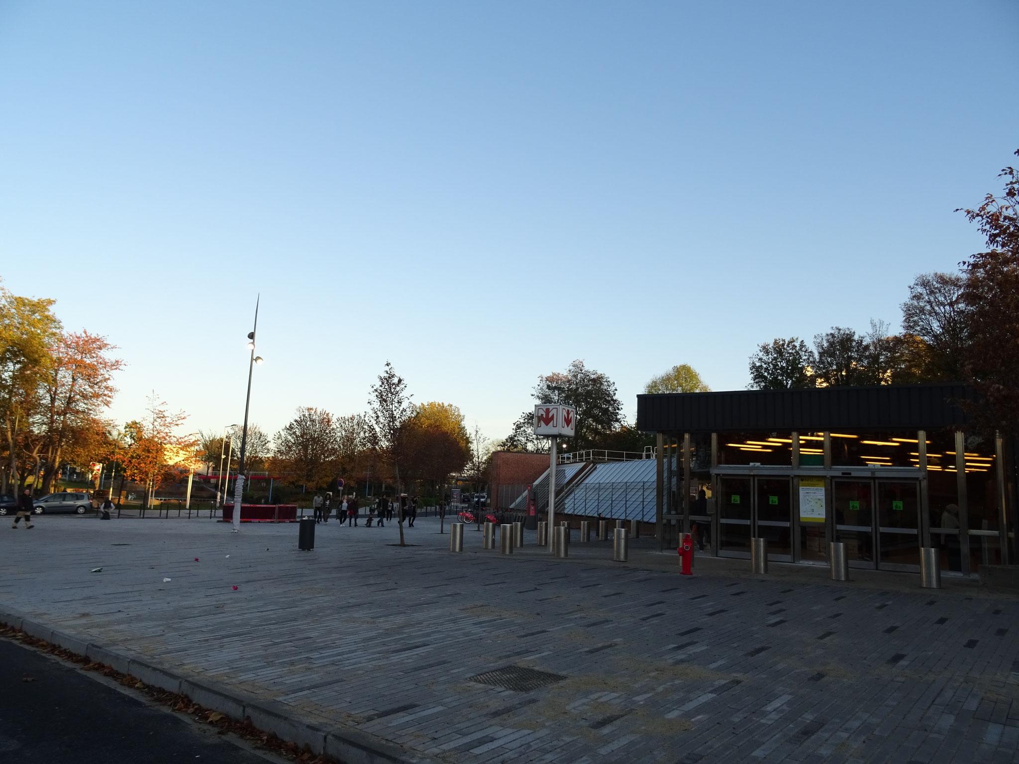 La place piétonne, où était situé les anciens arrêts de bus.