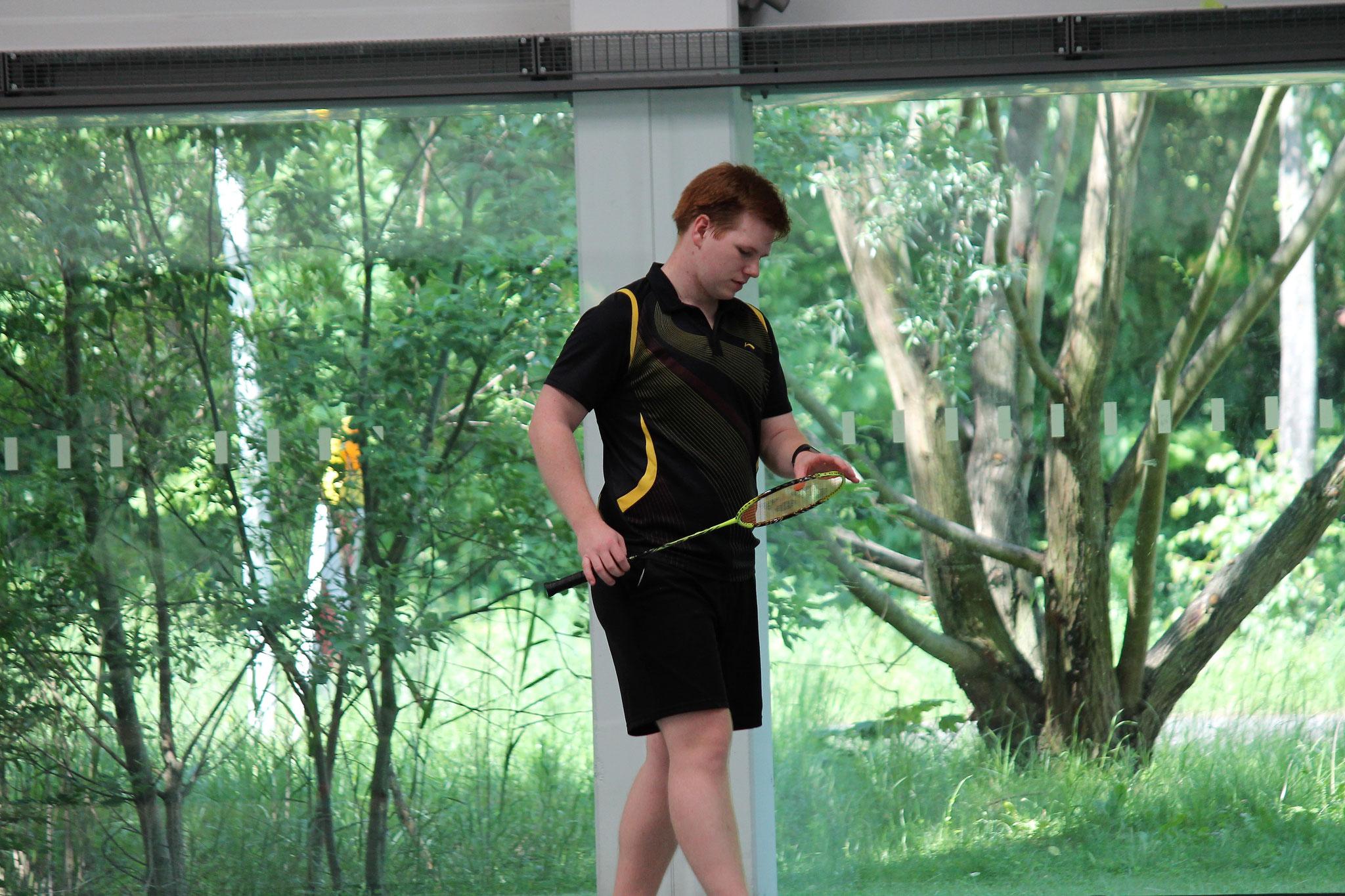 Matthias Kroll prüft seine Ausrüstung