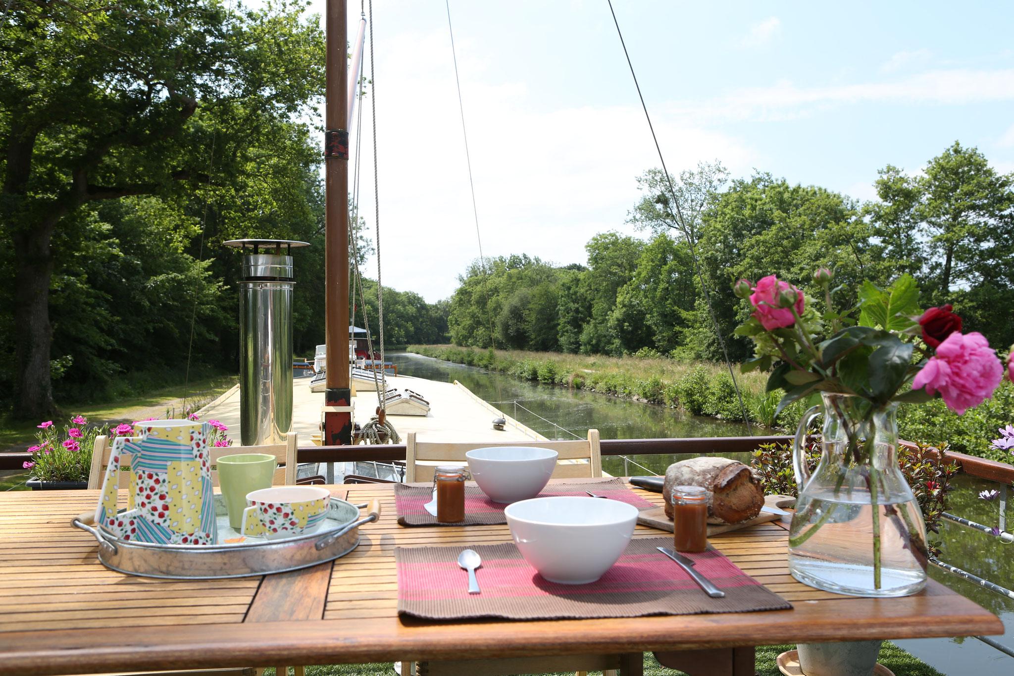 Terrasse avec vue sur le canal et sa campagne