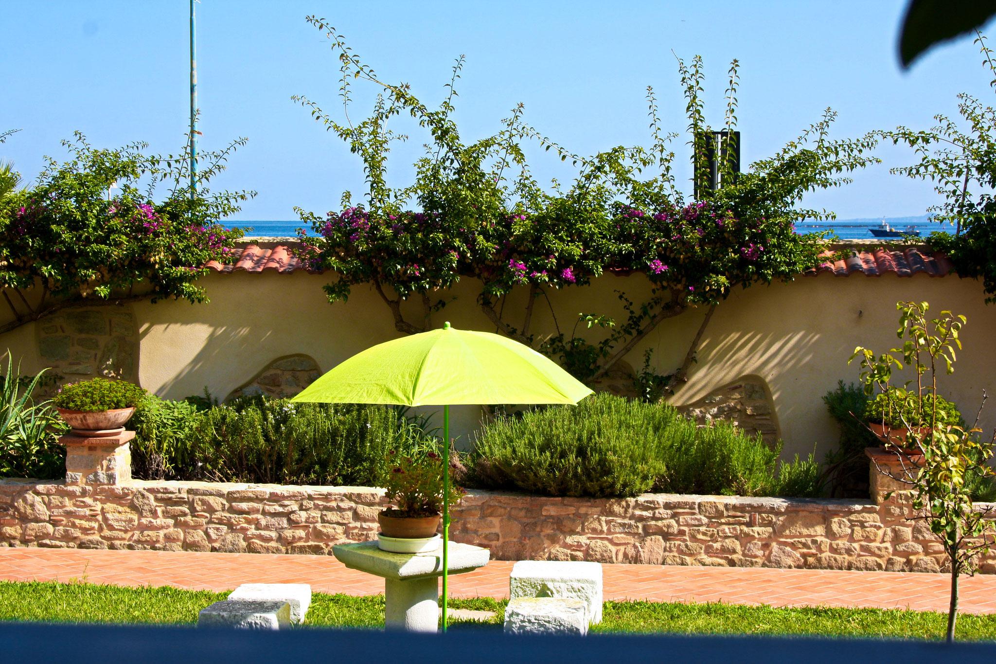 Der weitläufige Garten steht den Gästen zur Verfügung.