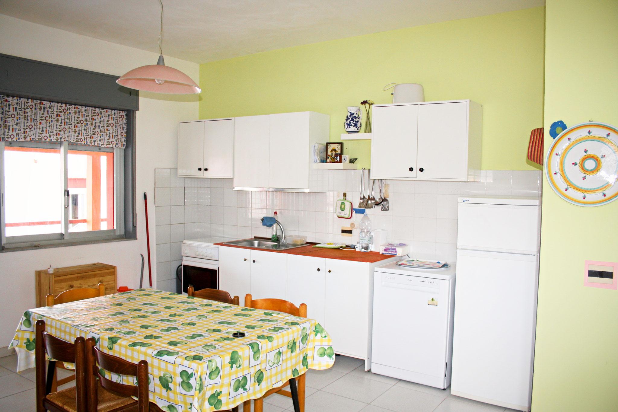 Die Küche hat auch eine Spülmaschine.