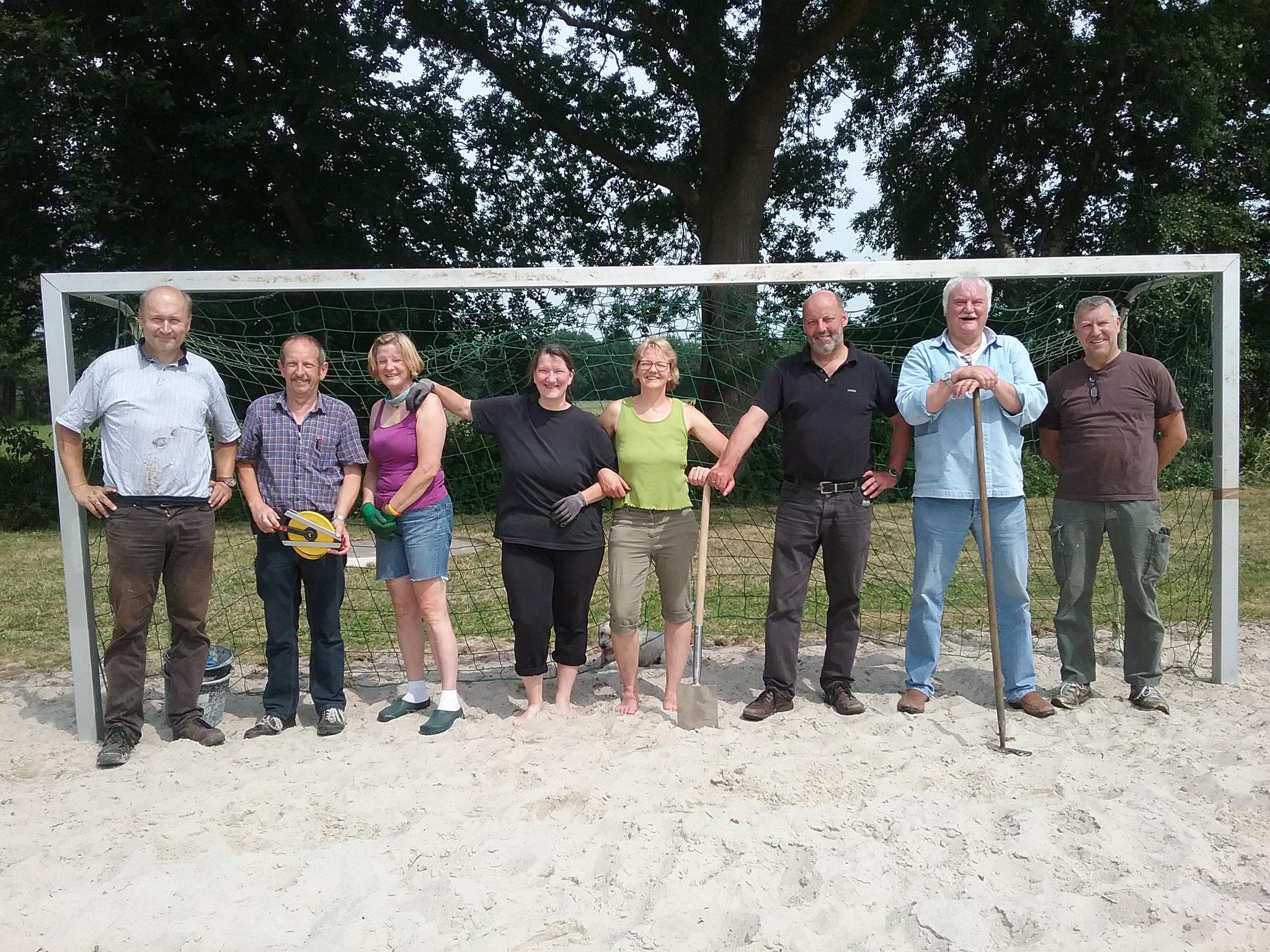 Vollen Einsatz zeigten die Vorstandsmitglieder des SV WUW, die an zwei Sonnabenden die Beachplätze und den Sportplatz mit Traktor, Walze und ganz viel Handarbeit herrichteten. Nun sind die Beachplätze und der Sportplatz bereit!