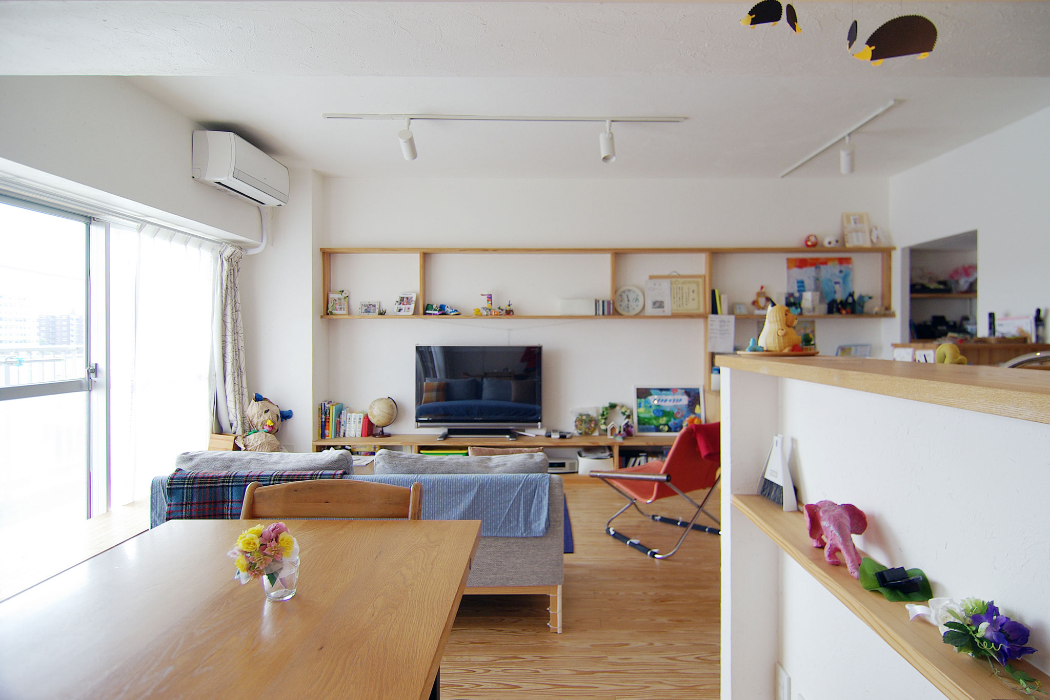 壁・天井は色漆喰仕上げ(ワラスサ入り)、床は杉フローリング厚15㎜(遮音仕様置床に変更の上)