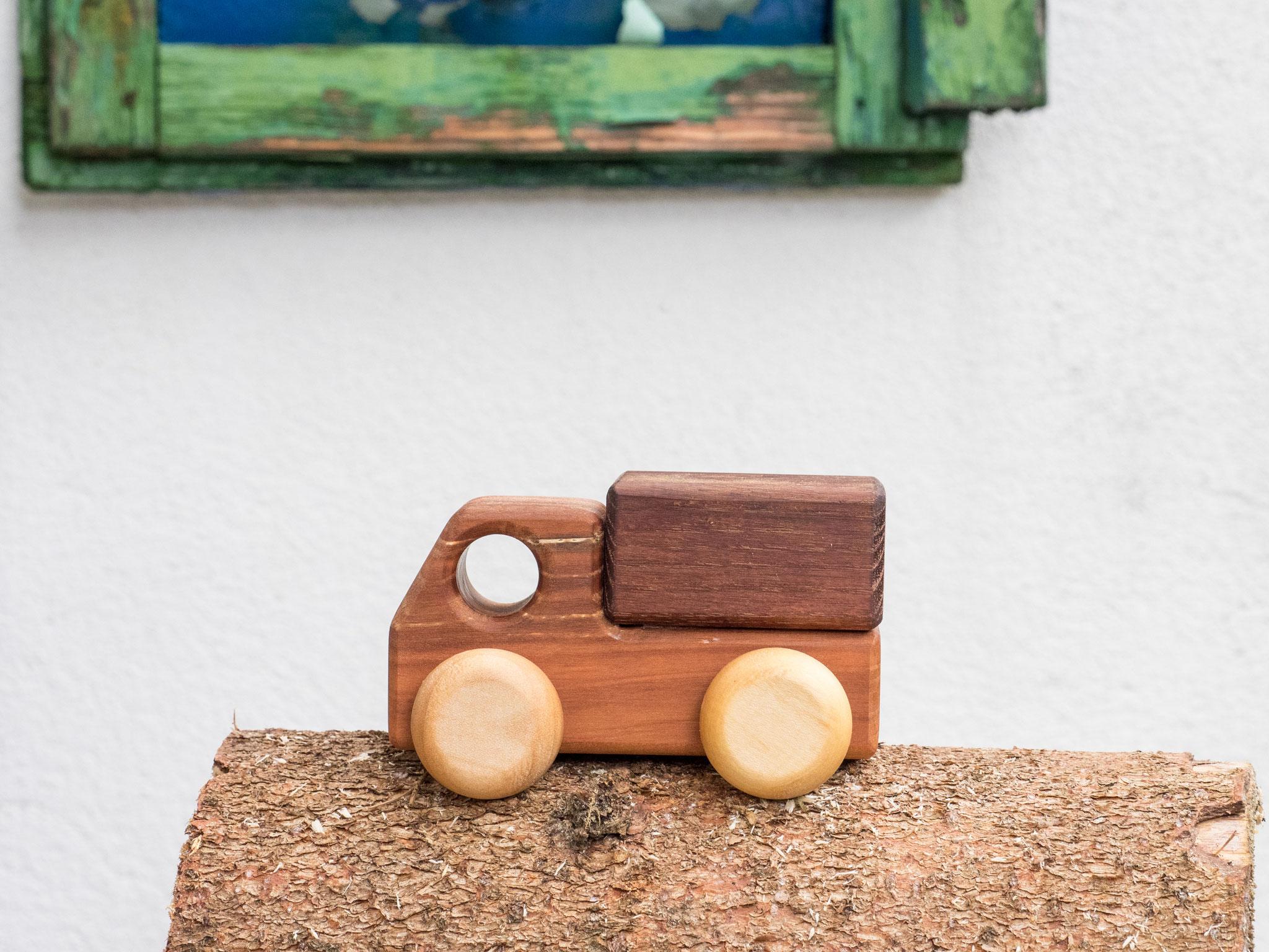 Spielzeuglaster aus Holz