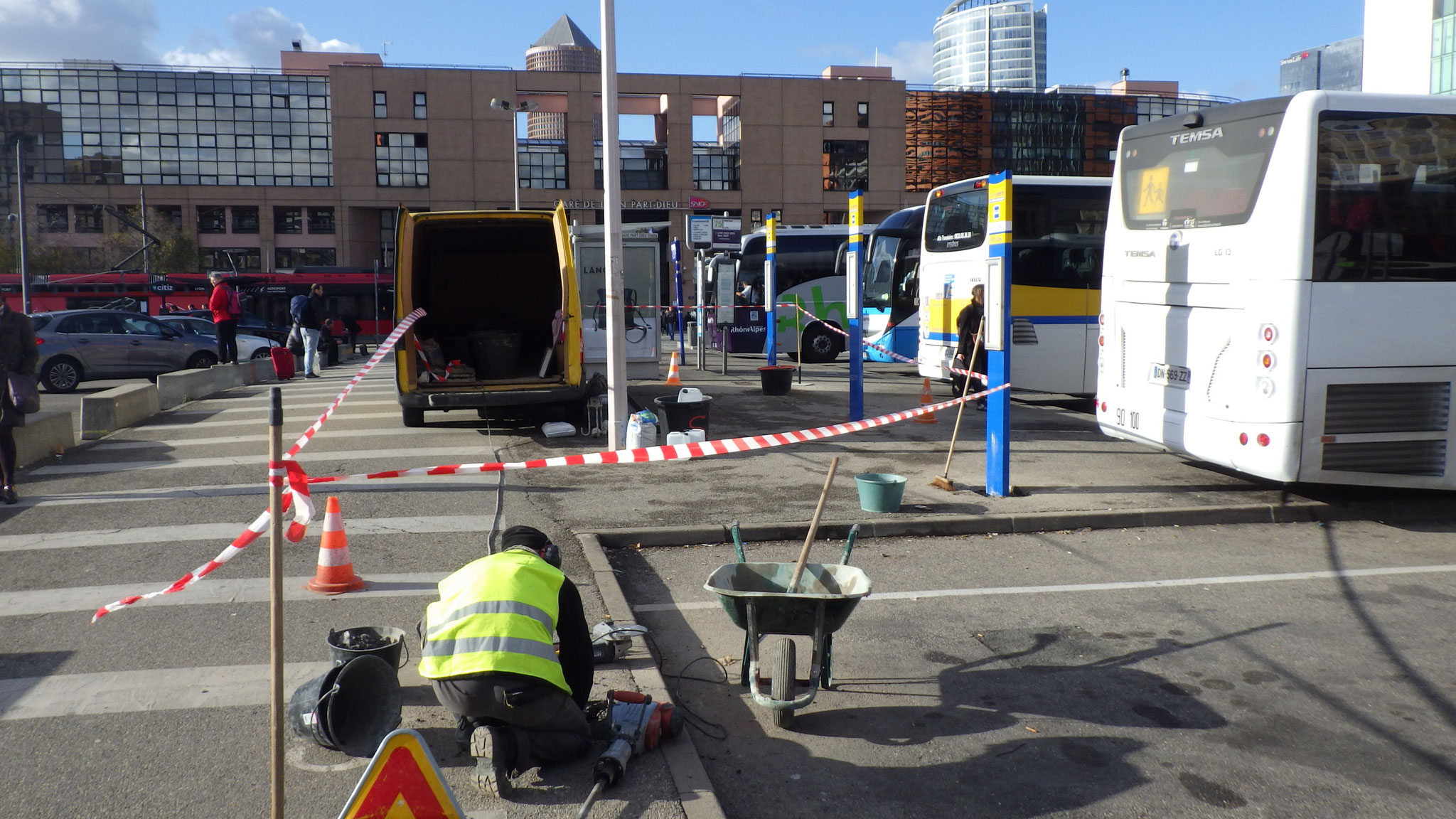 Installation de poteaux d'arrêts de bus à Lyon Part-Dieu