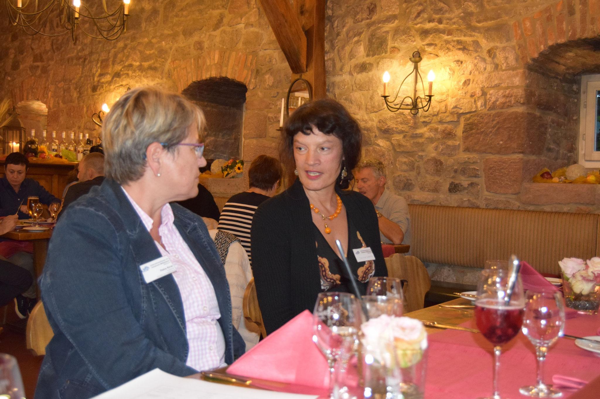 09-16 Frau Kirst begrüßt einen Gast