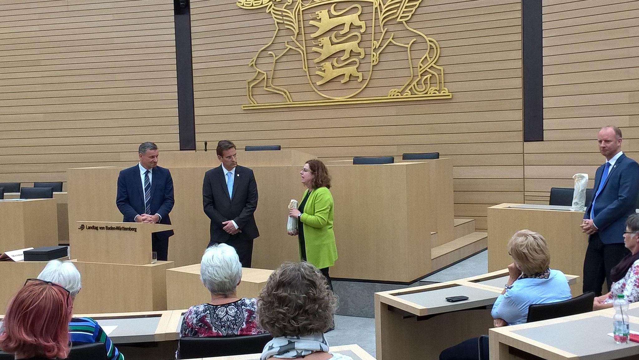 07-17 Besuch im Landtag Stuttgart, Ruth Baumstark bedankt sich bei Dr. Hans-Ulrich Rülke