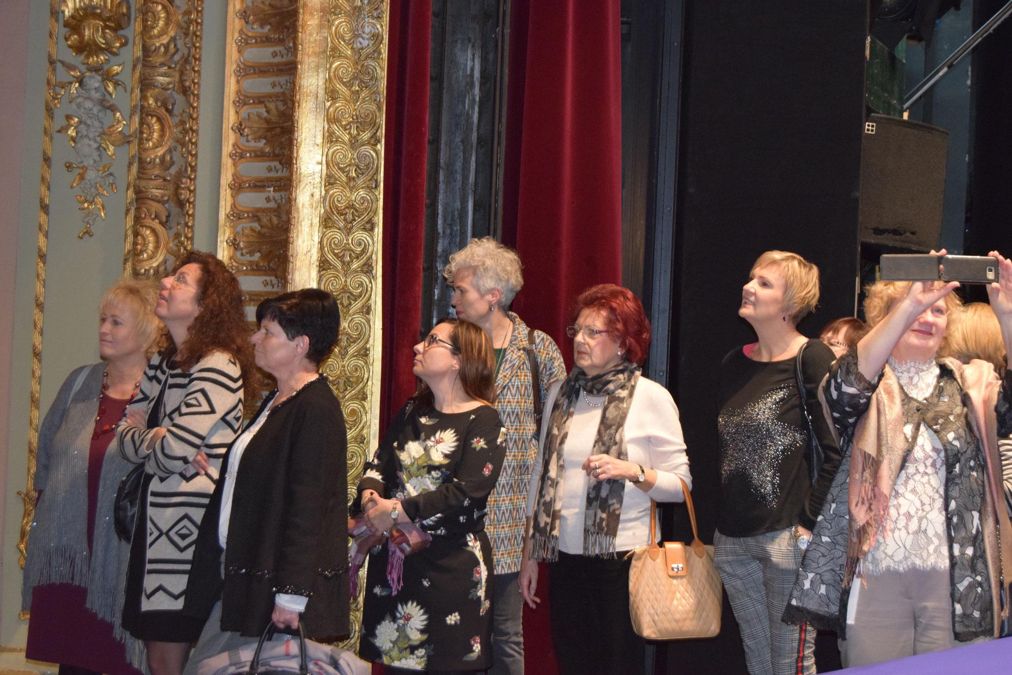 12-17 ein Teil unserer Besuchergruppe auf der Bühne