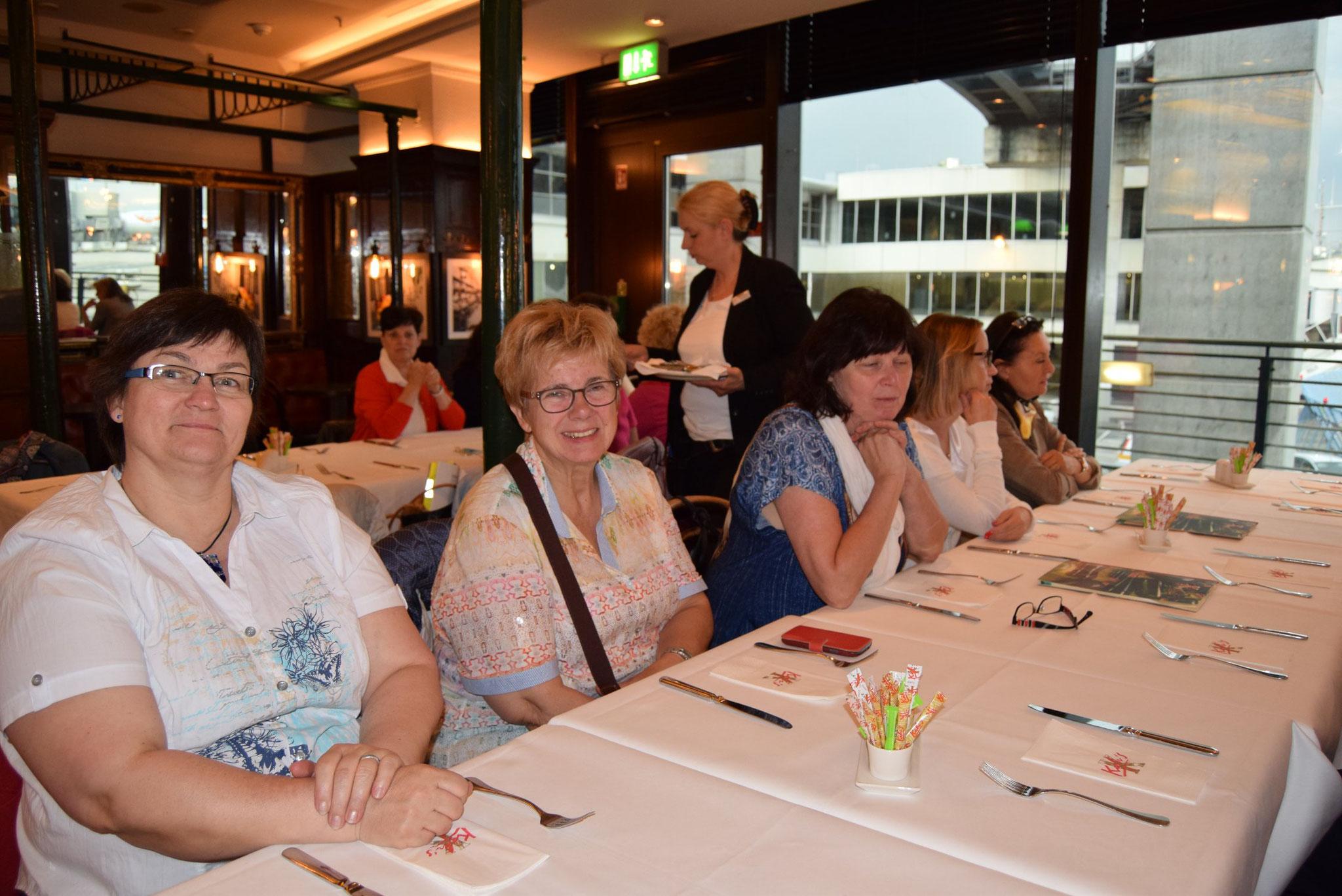 05-17 entspanntes Warten auf das Abendessen im Flughafenrestaurant