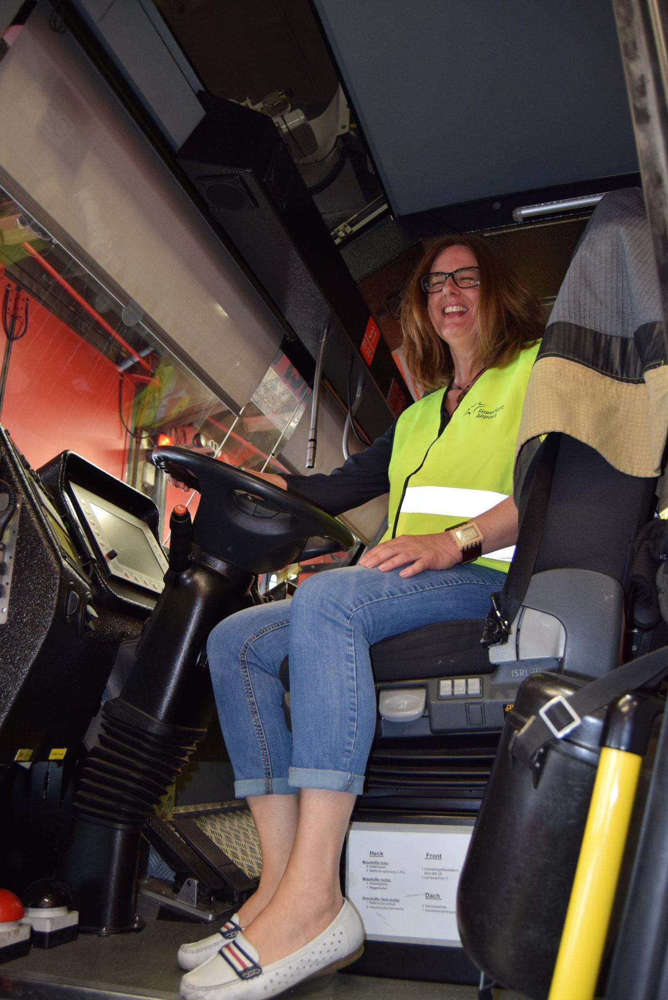 05-17 Eine Dame auf dem mannshochem Führersitz im Feuerwehrauto