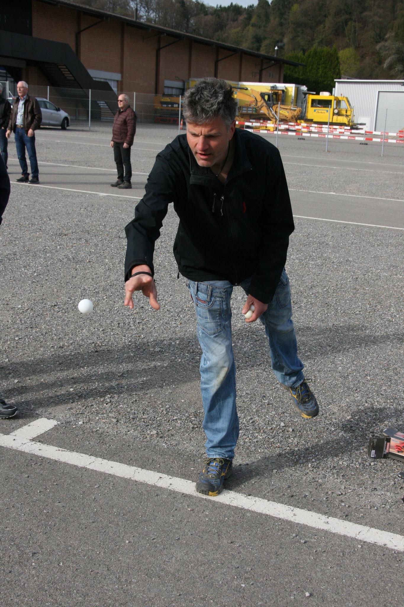 Andy beim Ballwurf