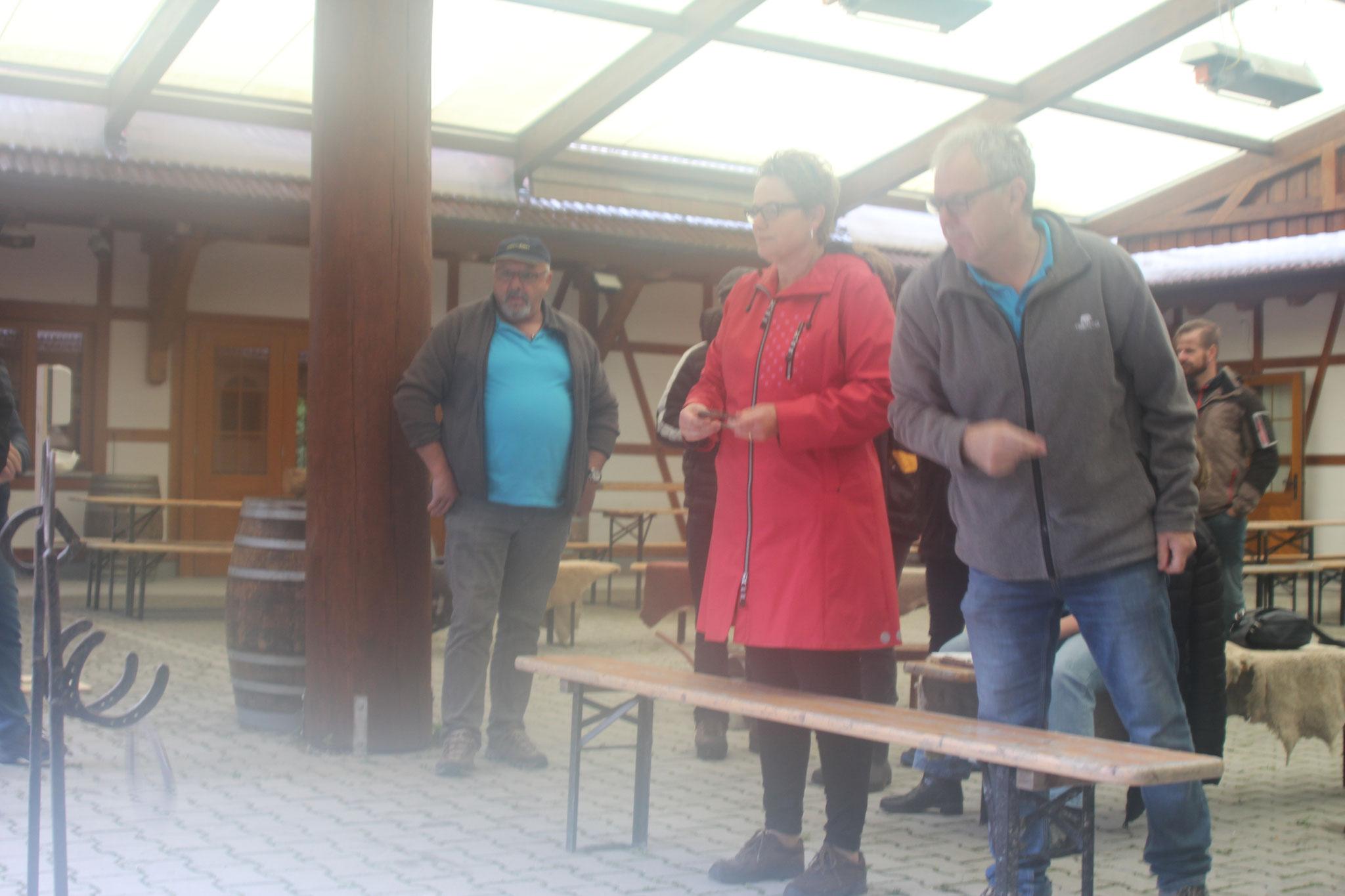 Marianne & Roli am Hufeisen werfen