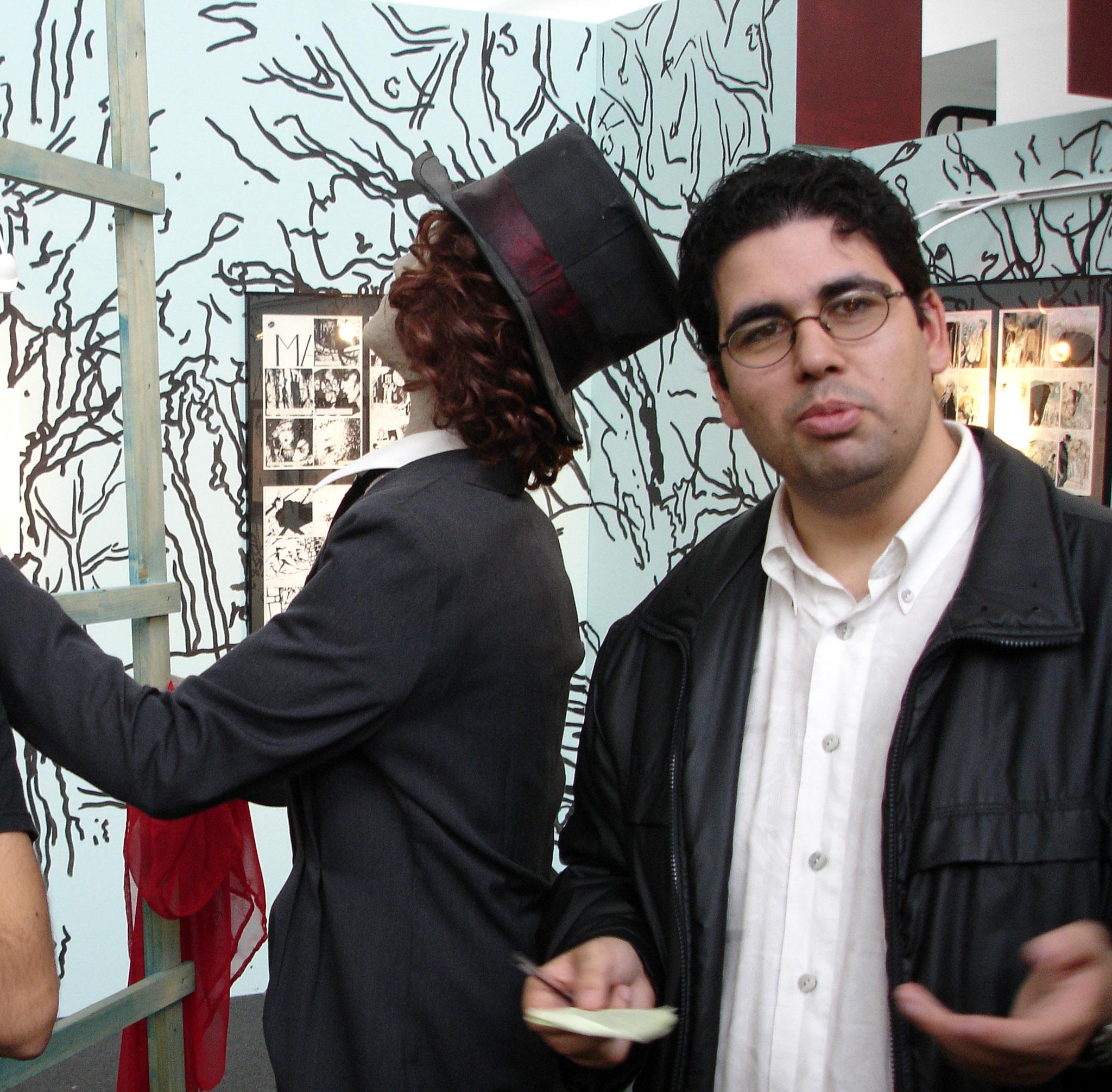 Miguel Oliveira numa exposição de banda desenhada