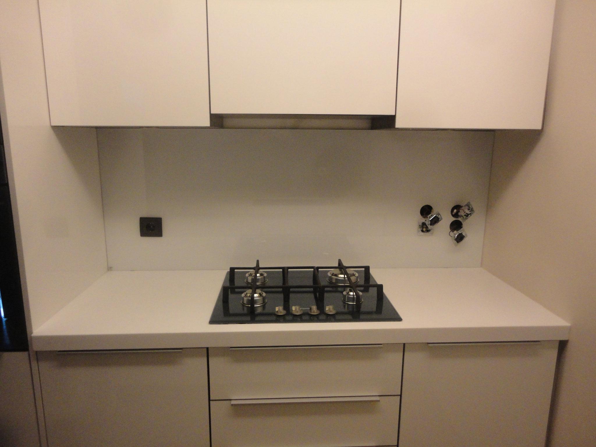 Γυάλινη πλάτη κουζίνας, επένδυση πλάτης-τοίχου κουζίνας με γυαλί-τζάμι