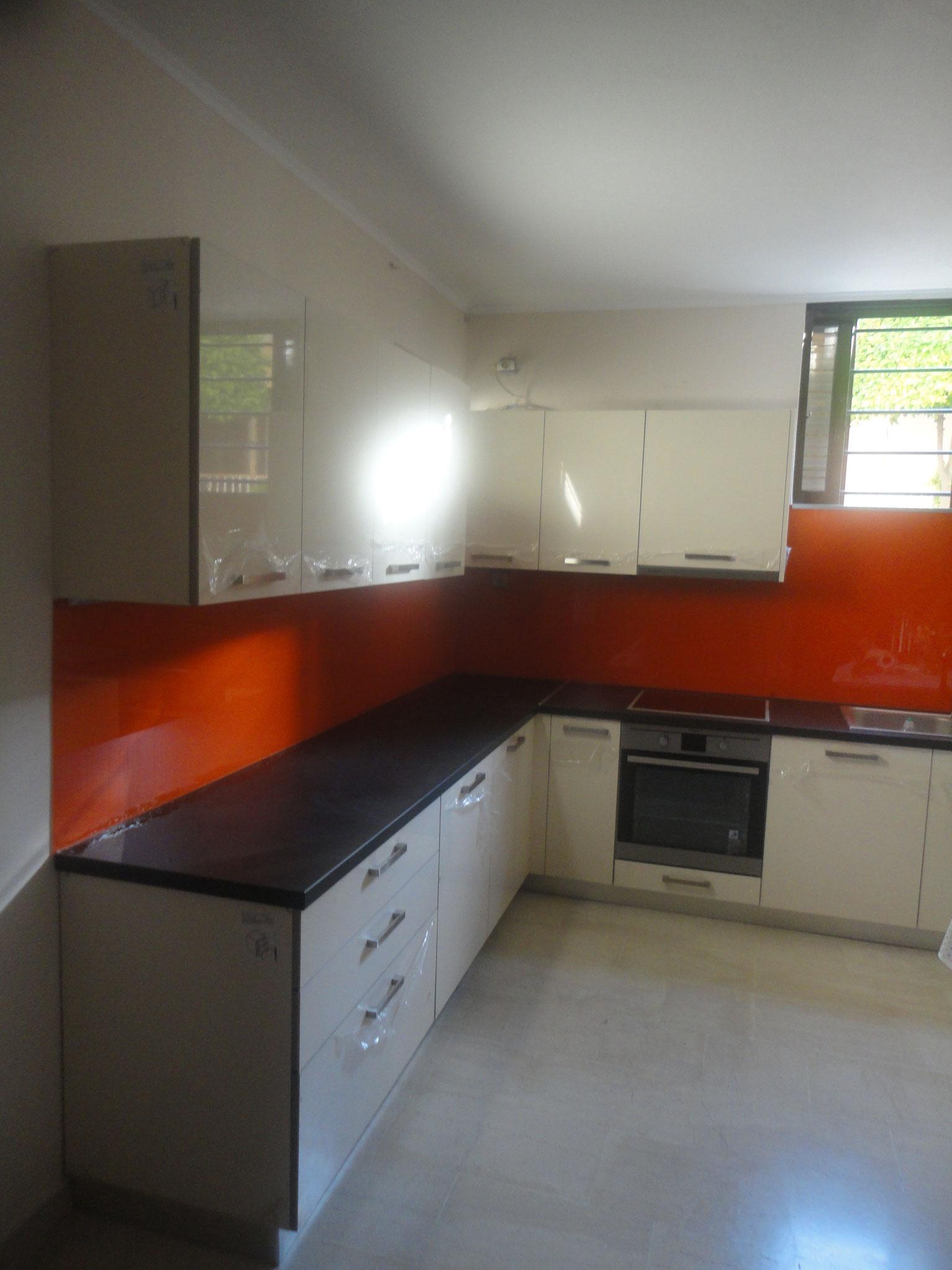 γυάλινος τοίχος κουζίνας, γυάλινη πλάτη κουζίνας, επένδυση κουζίνας με γυαλί